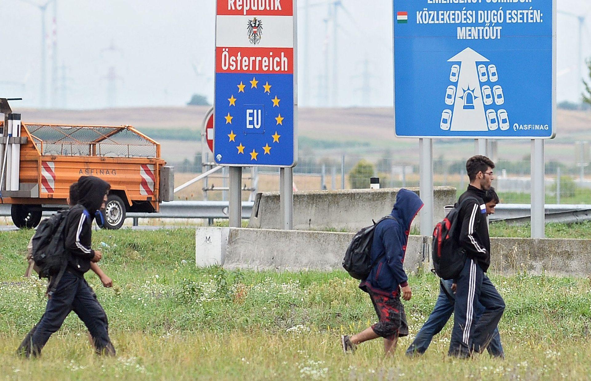 MAĐARSKA UKINULA AUTOBUSE Nova skupina od oko tisuću izbjeglica krenula pješke prema Austriji