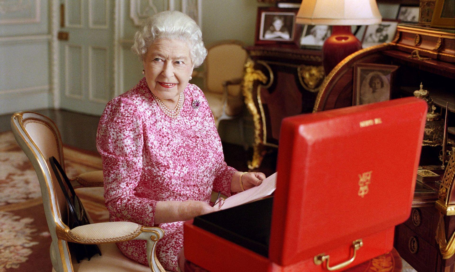 """ČESTITARI IZ CIJELOG SVIJETA Kraljica Elizabeta II: """"Neizbježno, dug život donosi mnoge rekorde, pa tako i moj"""""""