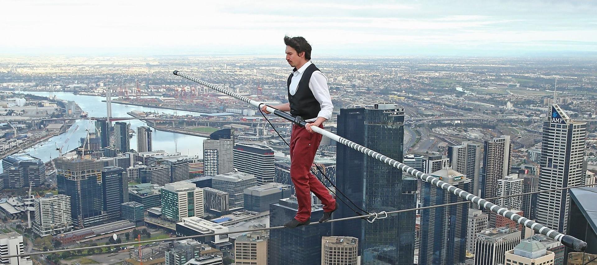 VIDEO: Kane Petersen hodao po žici između nebodera na 300 metara visine