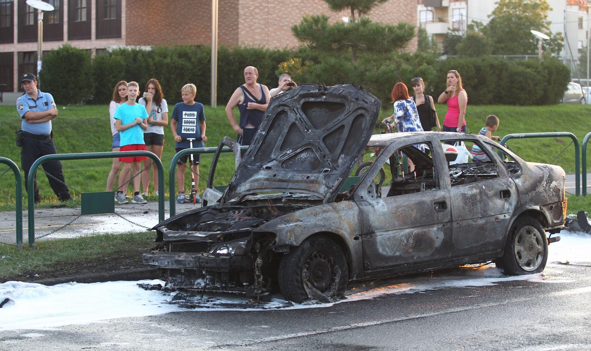 FOTO: Majka i kćer spasile se iz gorućeg automobila na Horvaćanskoj