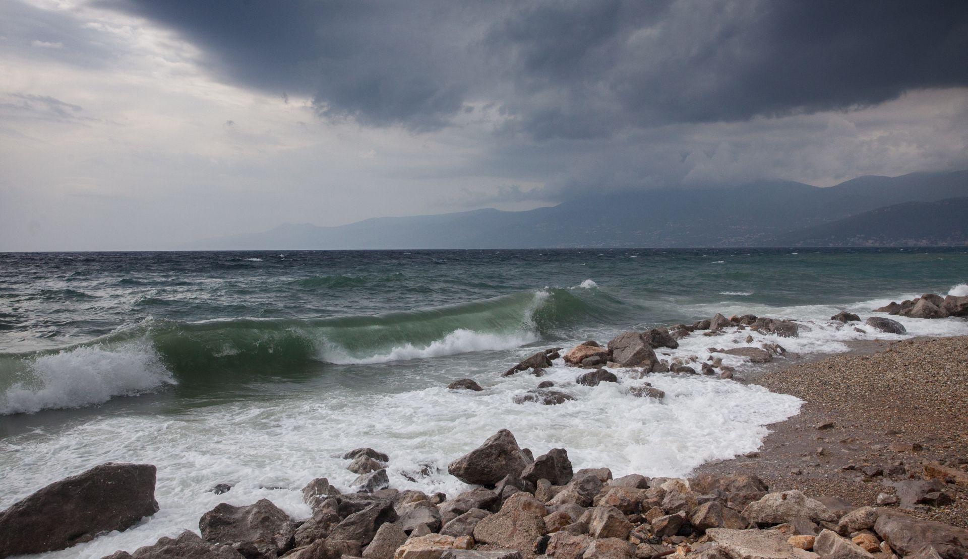 OLUJNA BURA NA SJEVERNOM JADRANU Umjereno oblačno vrijeme, u Slavoniji s kišom