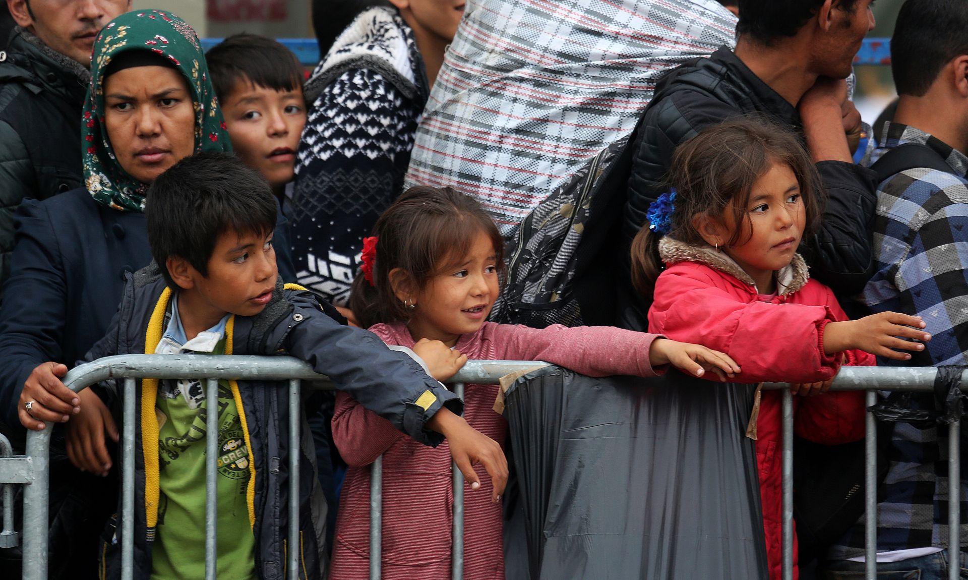 ULAZE PREKO BAPSKE I TOVARNIKA U Opatovac stalno pristižu nove izbjeglice