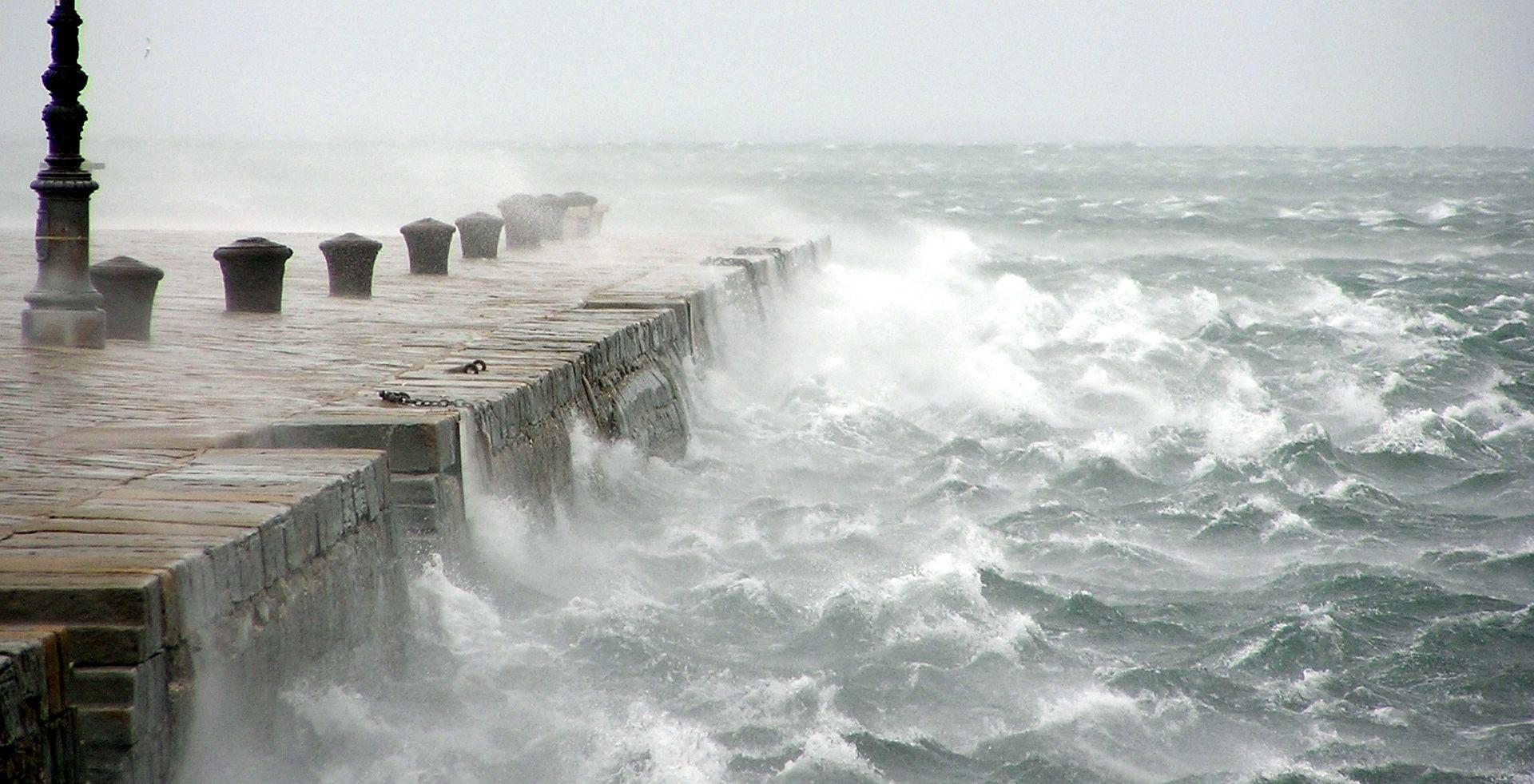 HAK Olujni vjetar ograničava promet, kolnici mokri i skliski