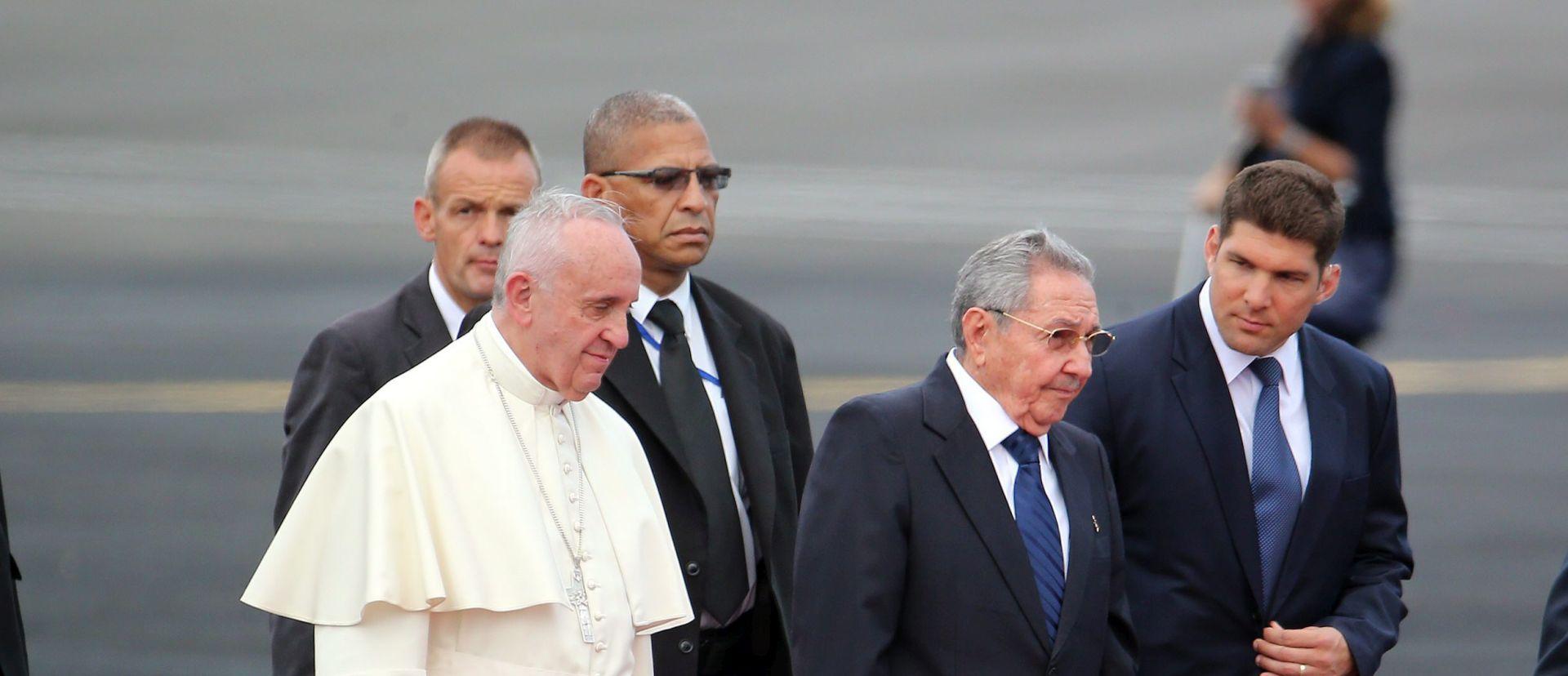 RIMSKI PONTIFEKS NA KUBI Papu Franju dočekao marksist i ateist Castro