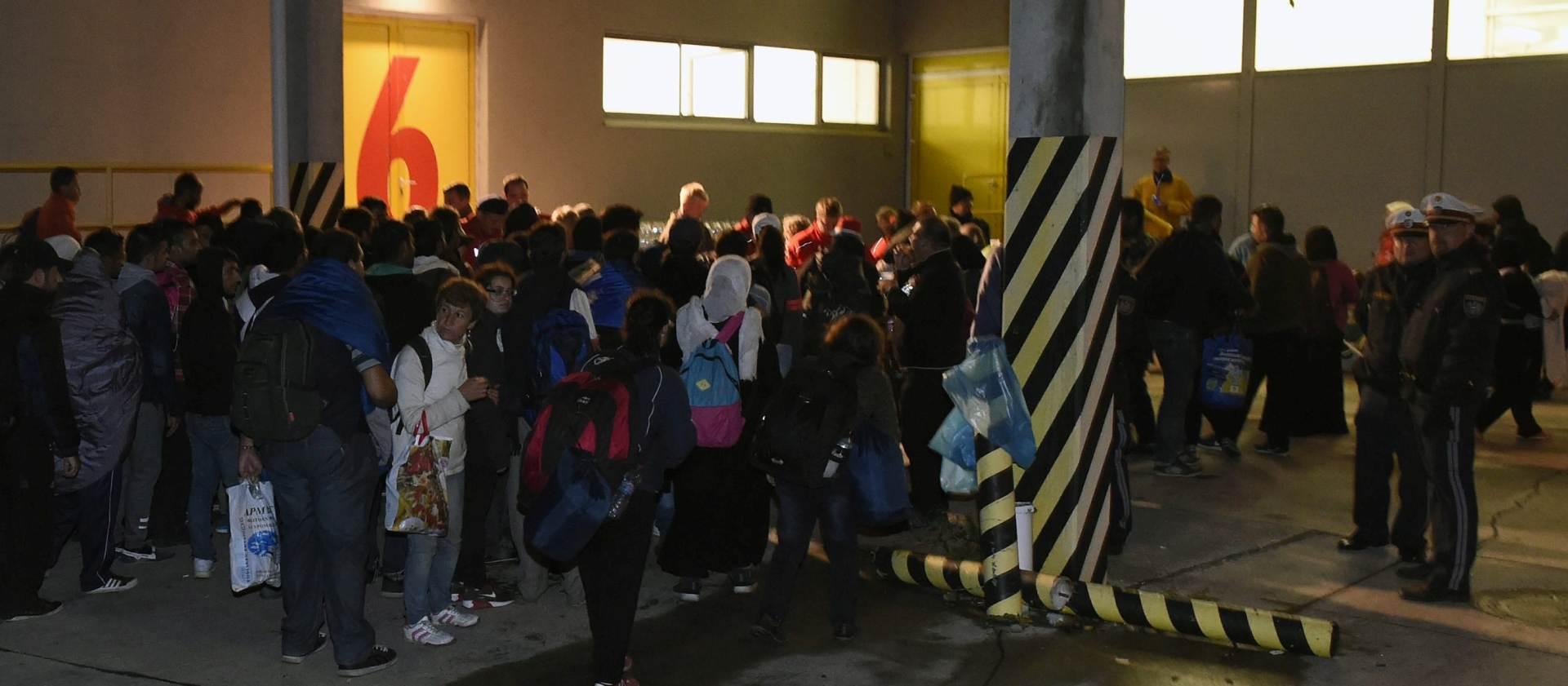 NE NAZIRE SE KRAJ: Tisuće migranata ulaze u Austriju iz Mađarske