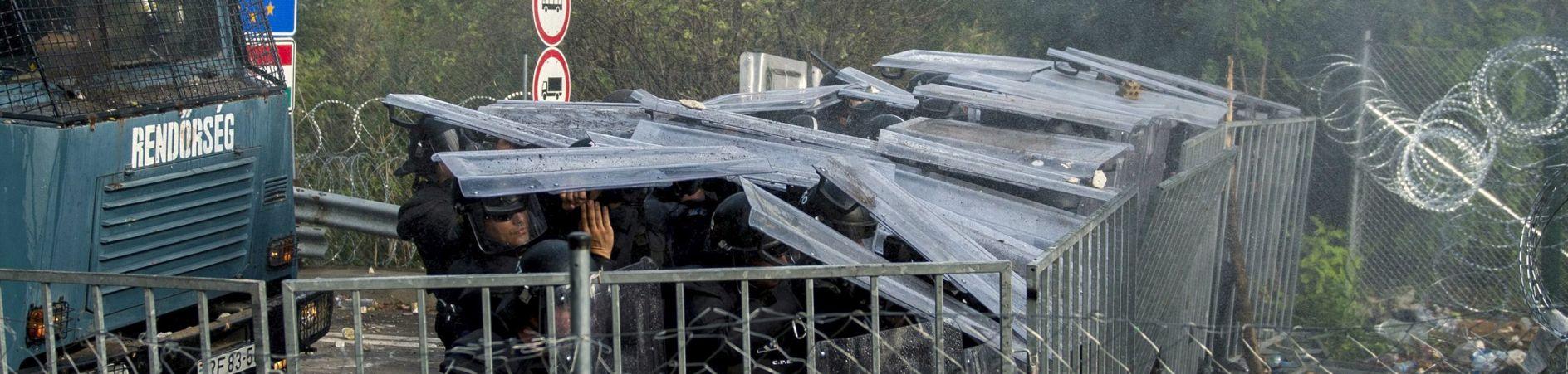 U sukobu s migrantima ozlijeđeno 20 mađarskih policajaca i dvoje djece