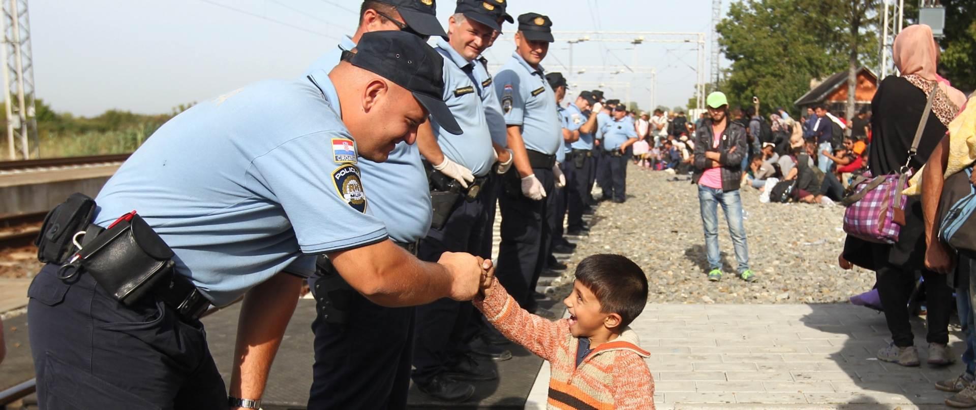 FOTO: Hrvatska policija pokazala ljudskost prema malim izbjeglicama