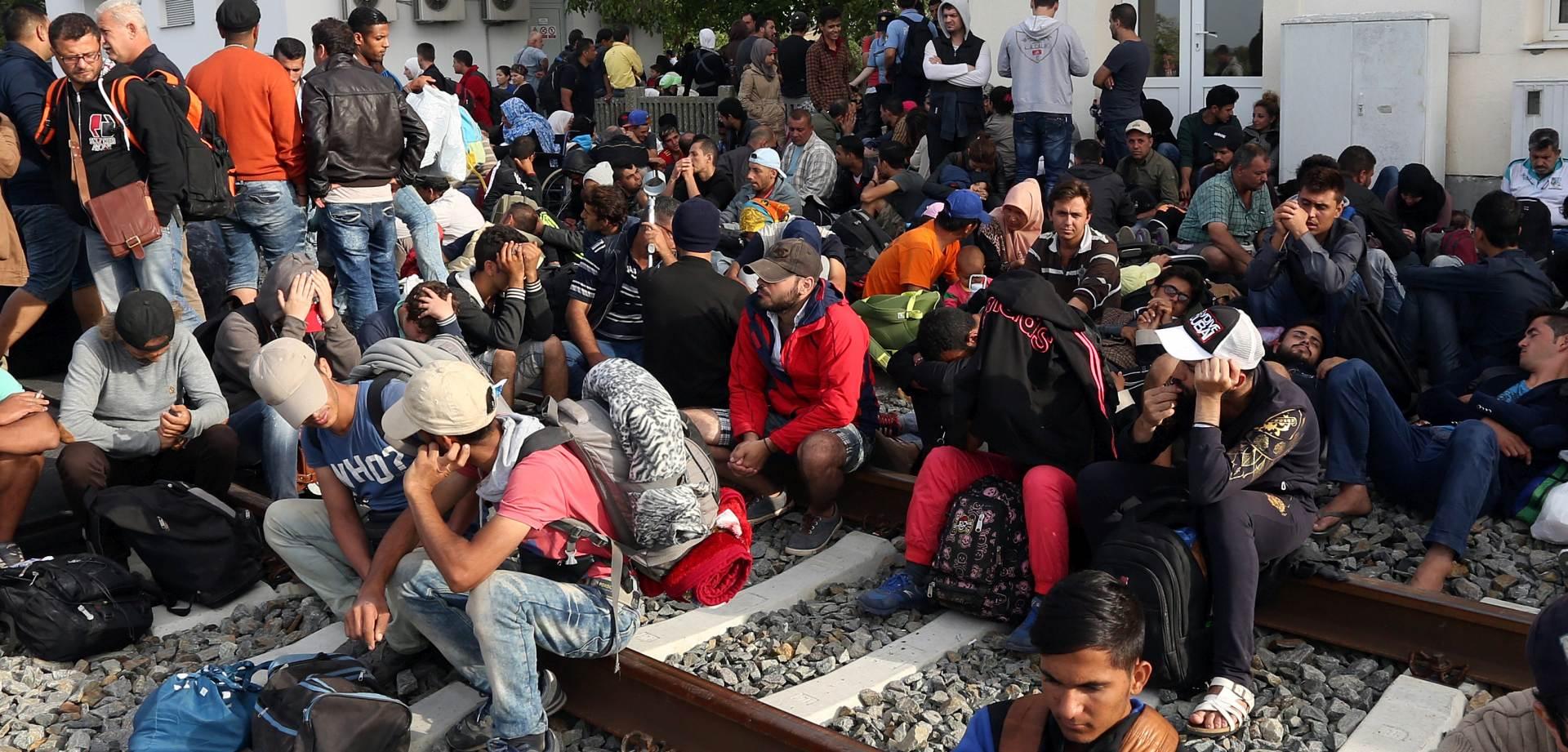 UMORNI I ISCRPLJENI Više od tisuću ljudi čeka na ničijoj zemlji kod Bregane
