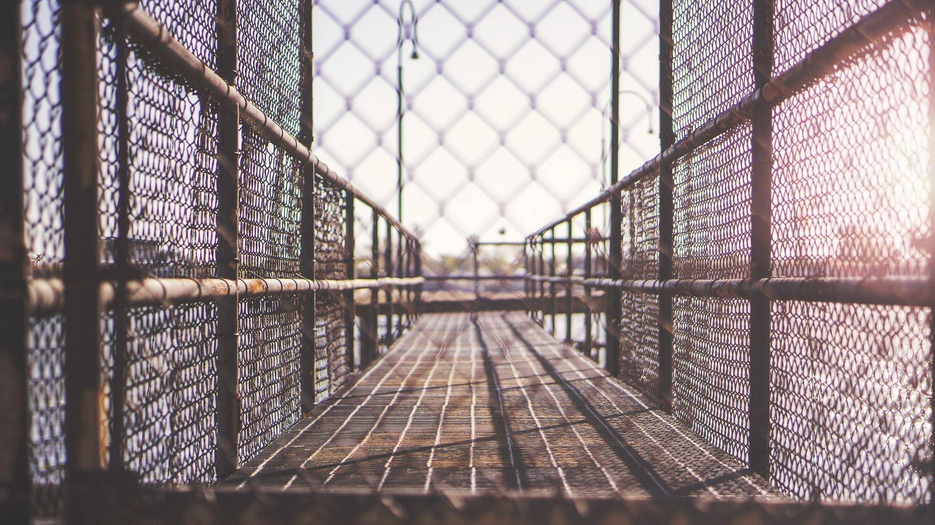 UŽAS U ARGENTINI Šest godina u kavezu držao ženu i autističnog sina