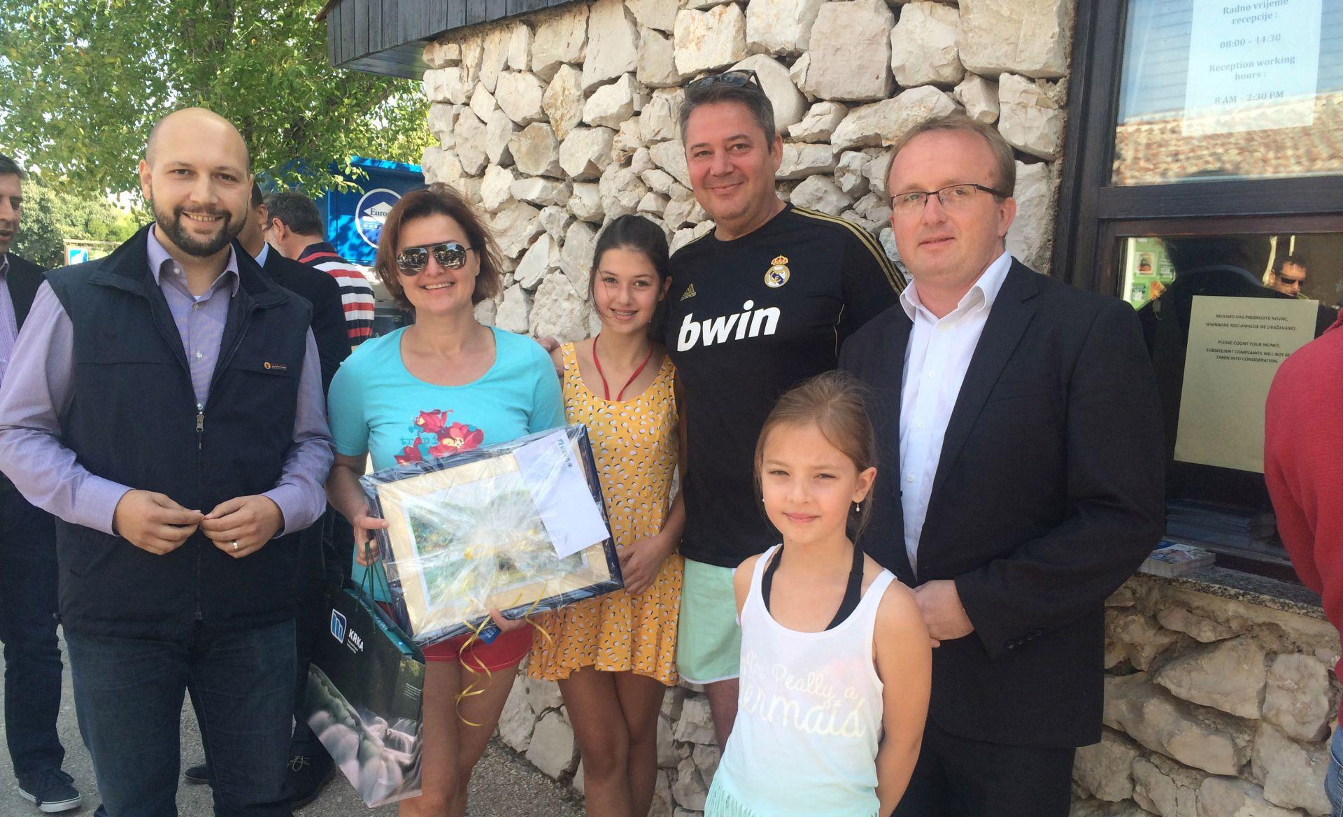 Obitelj Čović dočekali su ministar zaštite prirode i okoliša Mihael Zmajlović i ravnatelj Javne ustanove NP Krka Šakić te ih prigodno darovali, među ostalim i obiteljskom ulaznicom koja će vrijediti deset godina. foto HINA/ NP Krka