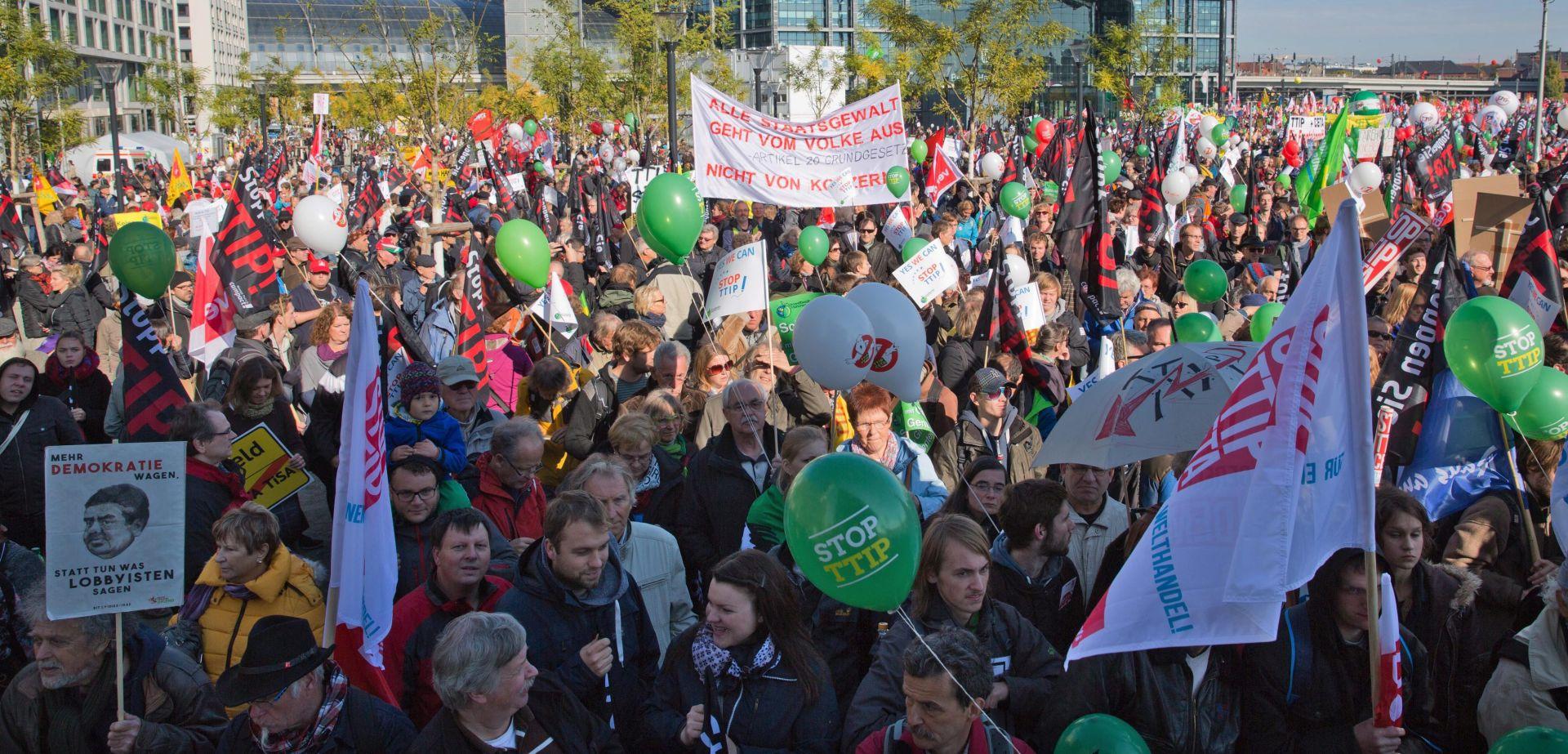Stotine tisuća ljudi prosvjedovale u Berlinu protiv sporazuma SAD-EU