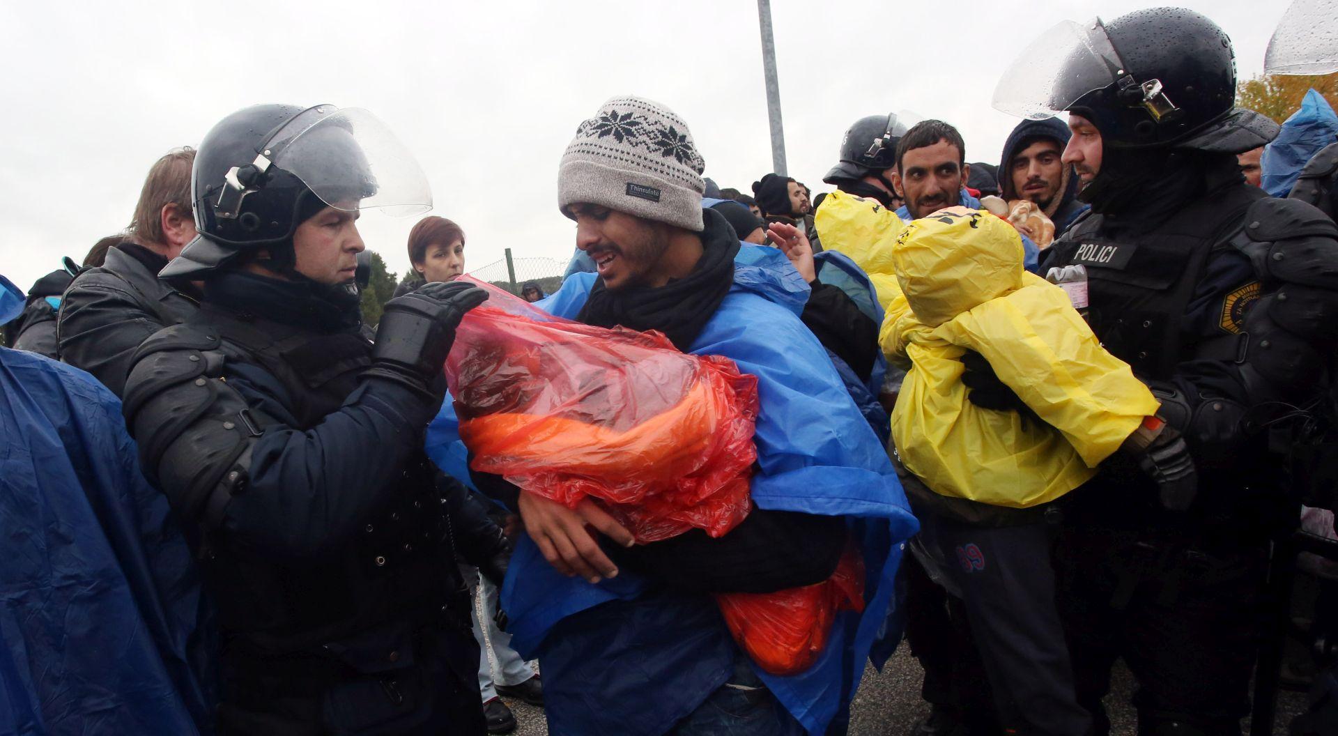 IZBJEGLIČKA KRIZA Slovenija dopustila ulazak 500 izbjeglica preko GP Trnovec, nesporazum policije i novinara na srpsko-hrvatskoj granici