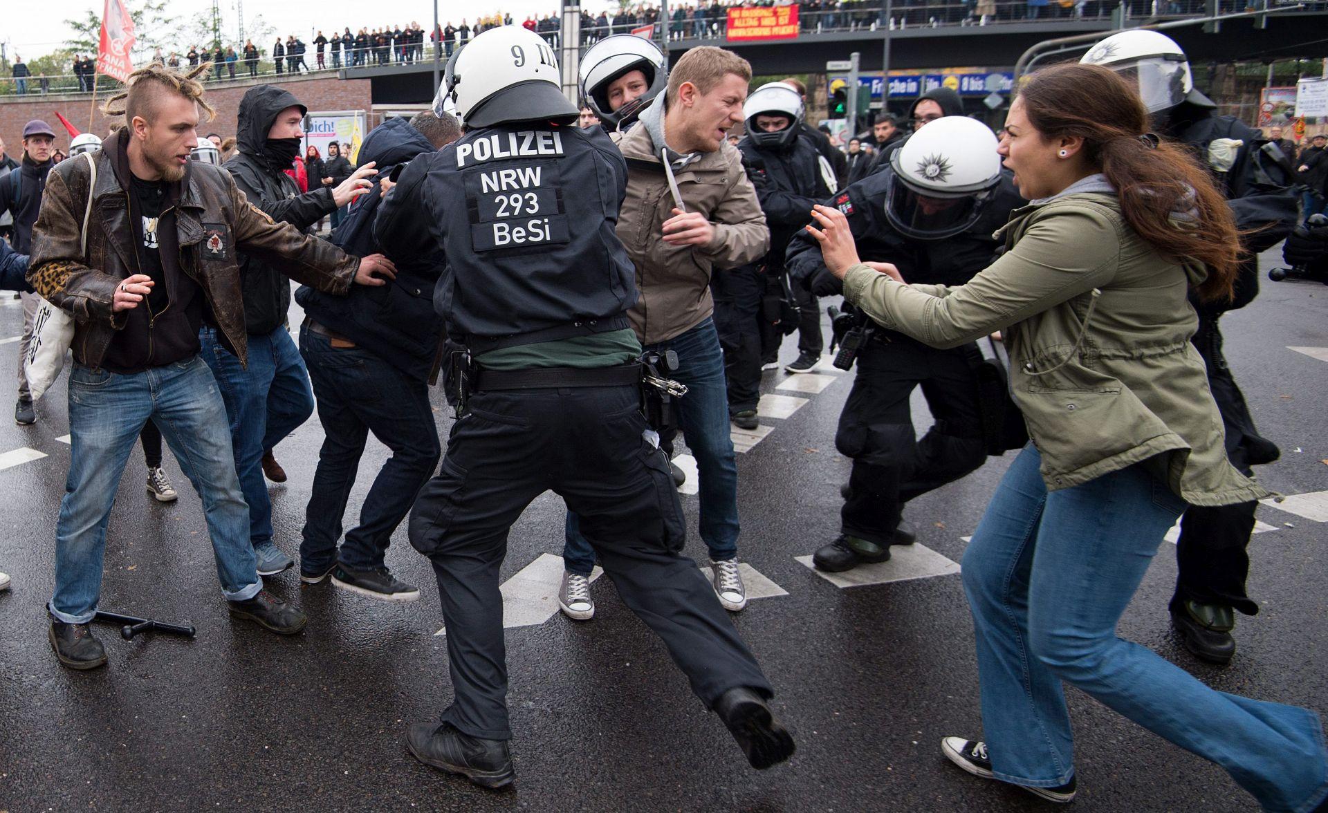 Njemačka policija vodenim topovima razdvojila suprostavljene prosvjednike