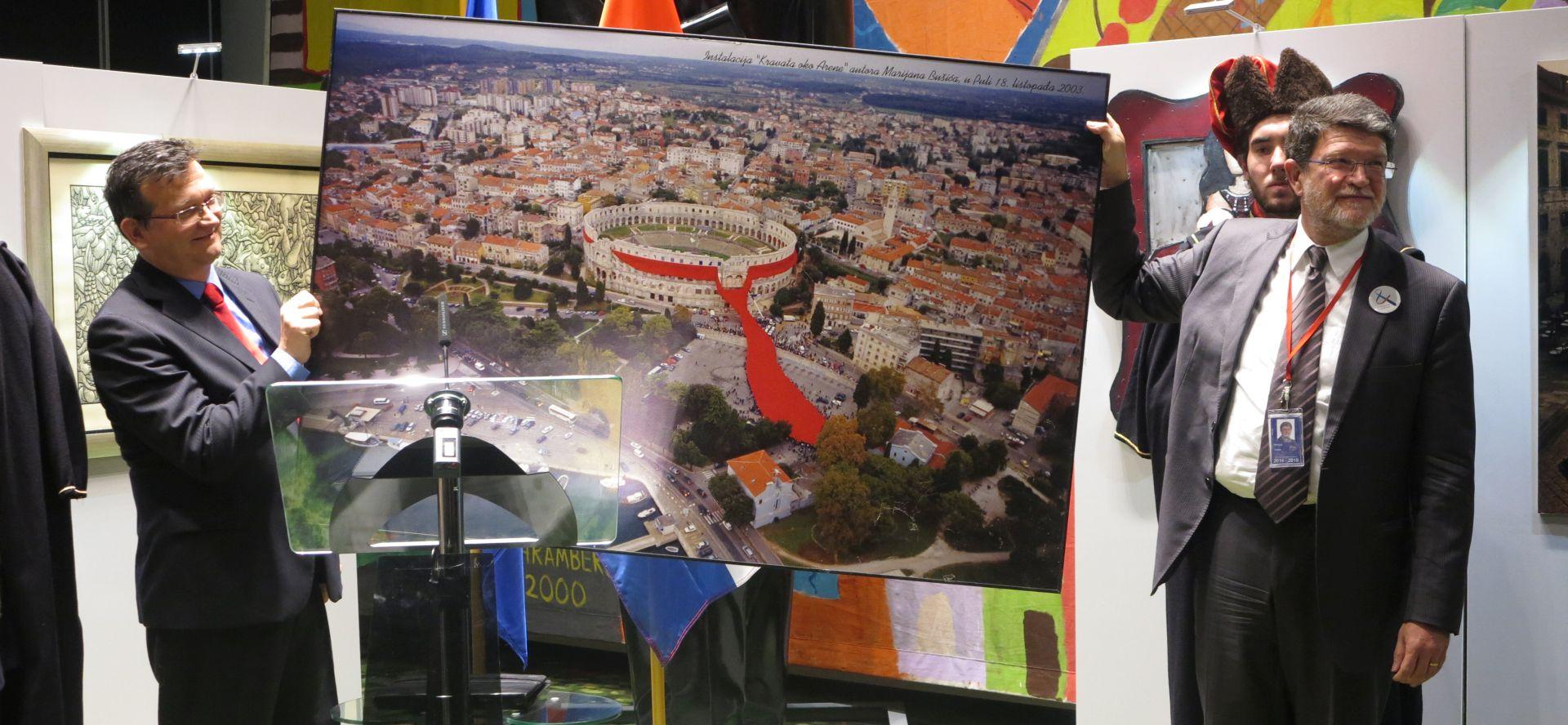 U EP-u otvorena izložba o kravati, cilj Europski dan kravate