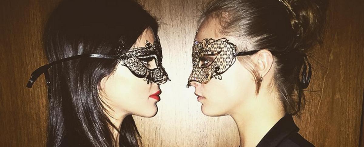 VIDEO: Kendall Jenner, Cara i Poppy Delevingne na balu pod maskama