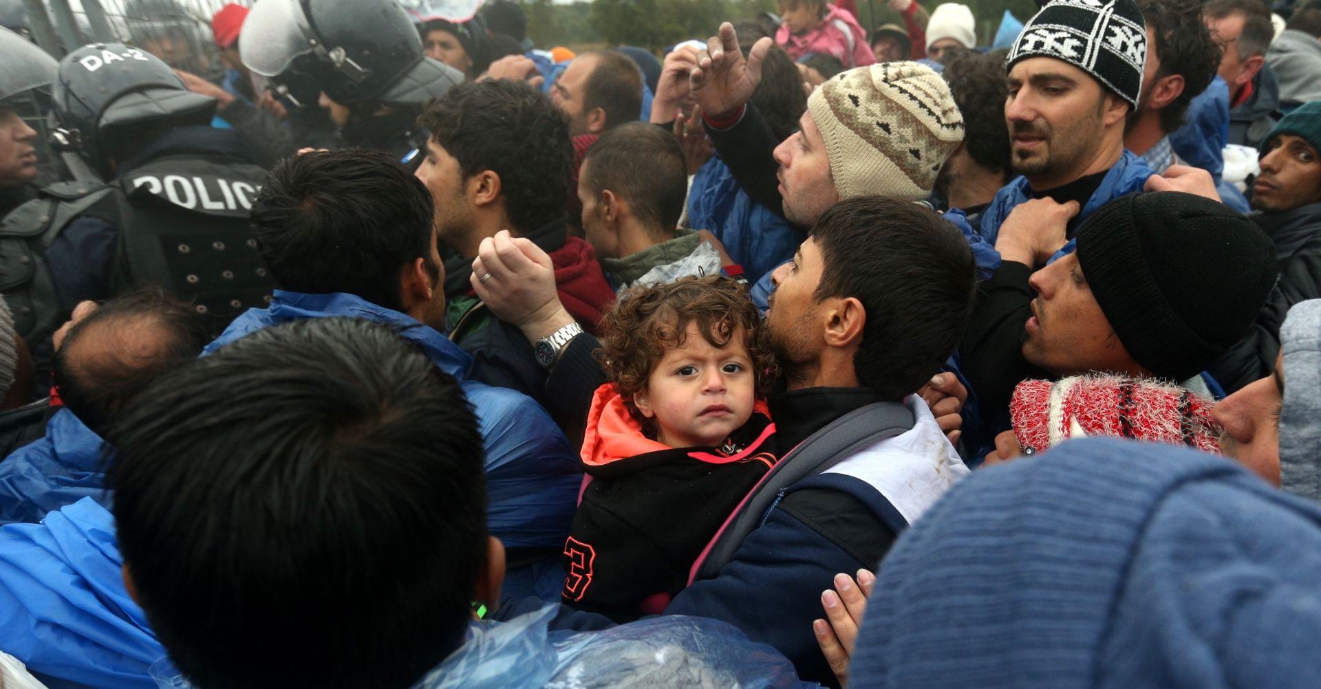 PRITISAK MIGRANATA KOD BAPSKE VEČERAS SMANJEN Migranti čekaju prijevoz do slovenskih prihvatnih centara