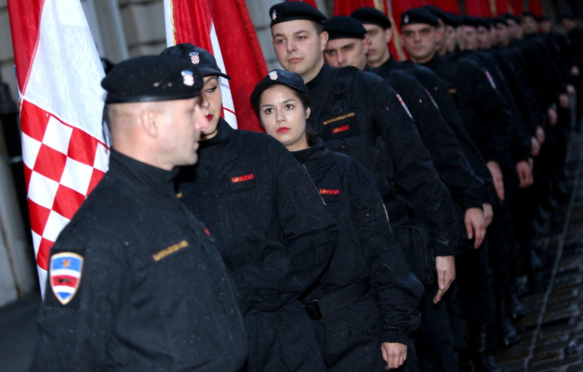 FOTO: CRNE KOŠULJE PRED SABOROM Postrojavanje Glavaševe 'Slavonske sokolske garde' na Markovom trgu