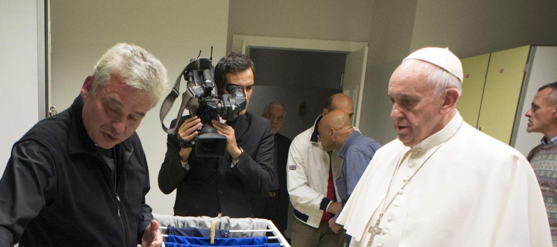 LIJEPO IZNENAĐENJE: Papa Franjo posjetom iznenadio štićenike doma za beskućnike