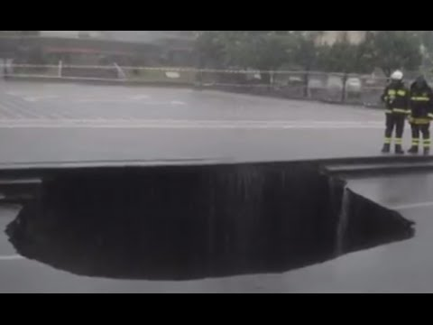 VIDEO: Parkirani automobil u centru Catanie propao u zemlju