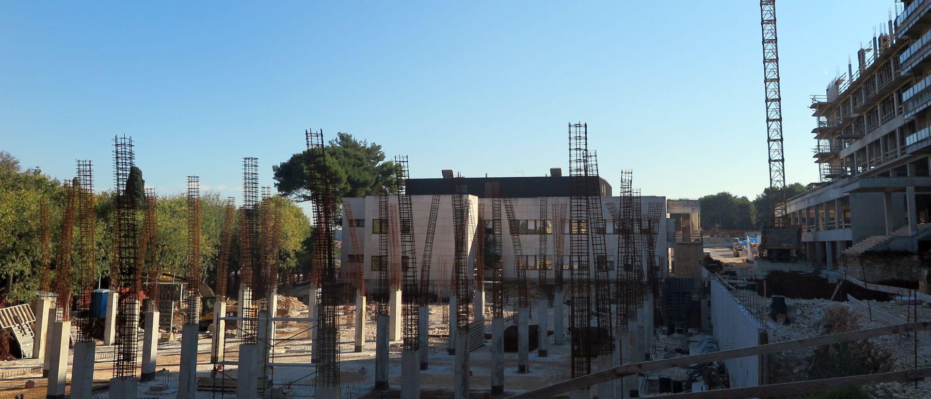 NAPREDUJE PO PLANU: Ministar Varga obišao gradilište nove bolnice u Puli