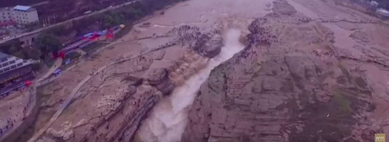 VIDEO: Vodopadom Houkou teče led iz Žute rijeke
