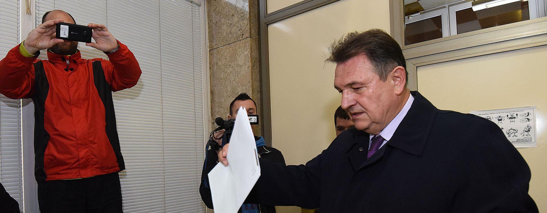 NEMARNI POLITIČARI: Kosorici istekla osobna iskaznica, Čačić je zaboravio ponijeti