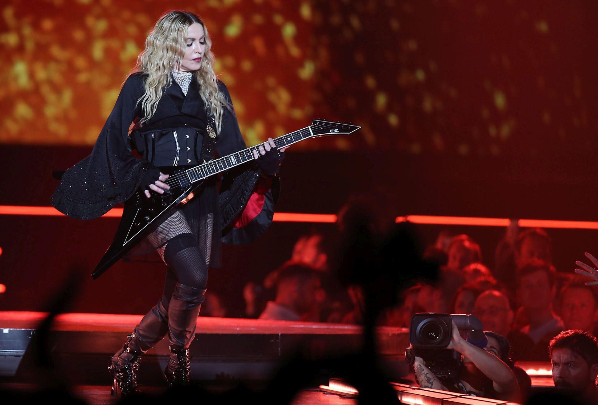 VIDEO: Madona zapjevala na francuskom