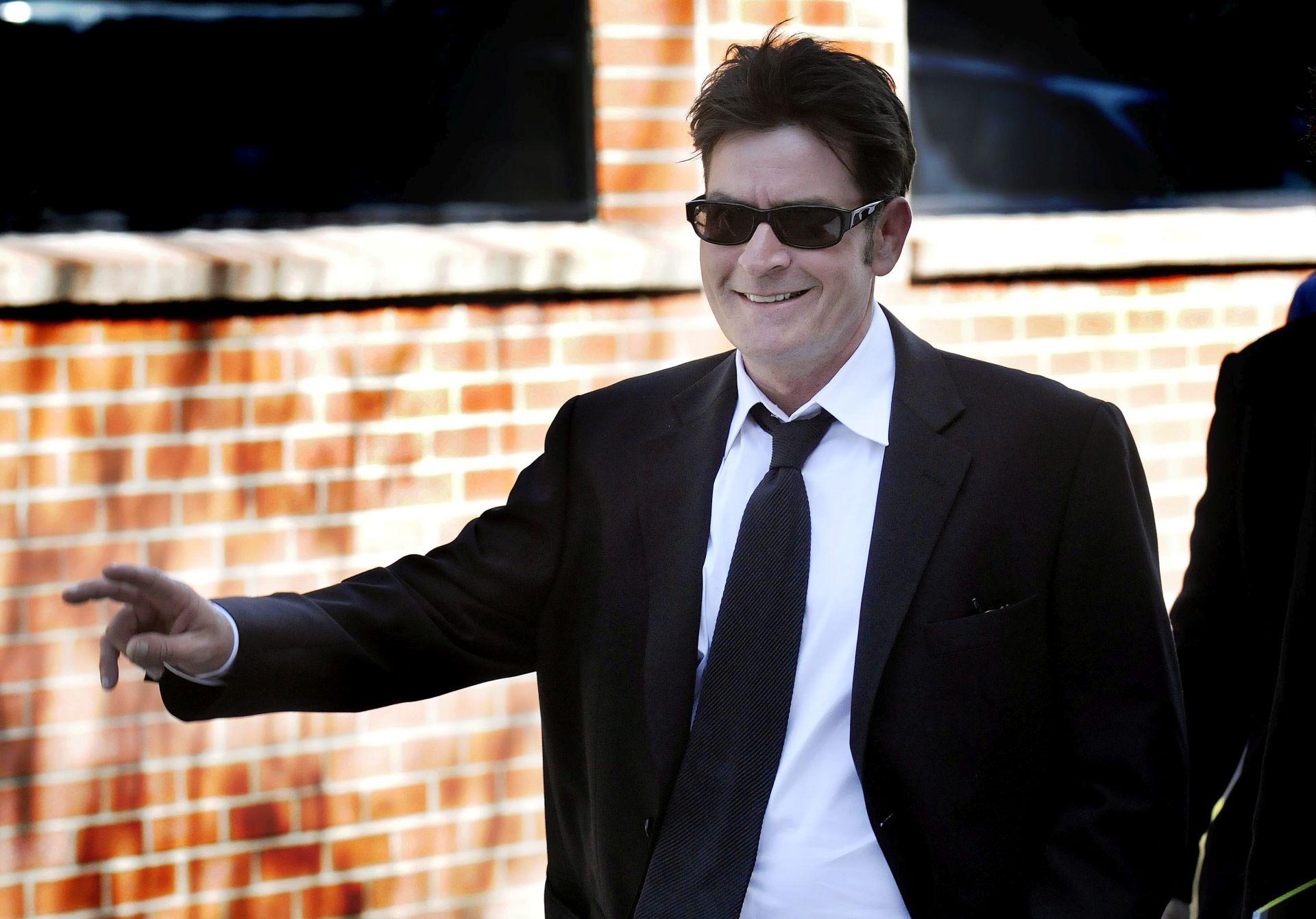 VELIKA SUMA Charlie Sheen zatražio smanjenje alimentacije od 55 tisuća dolara