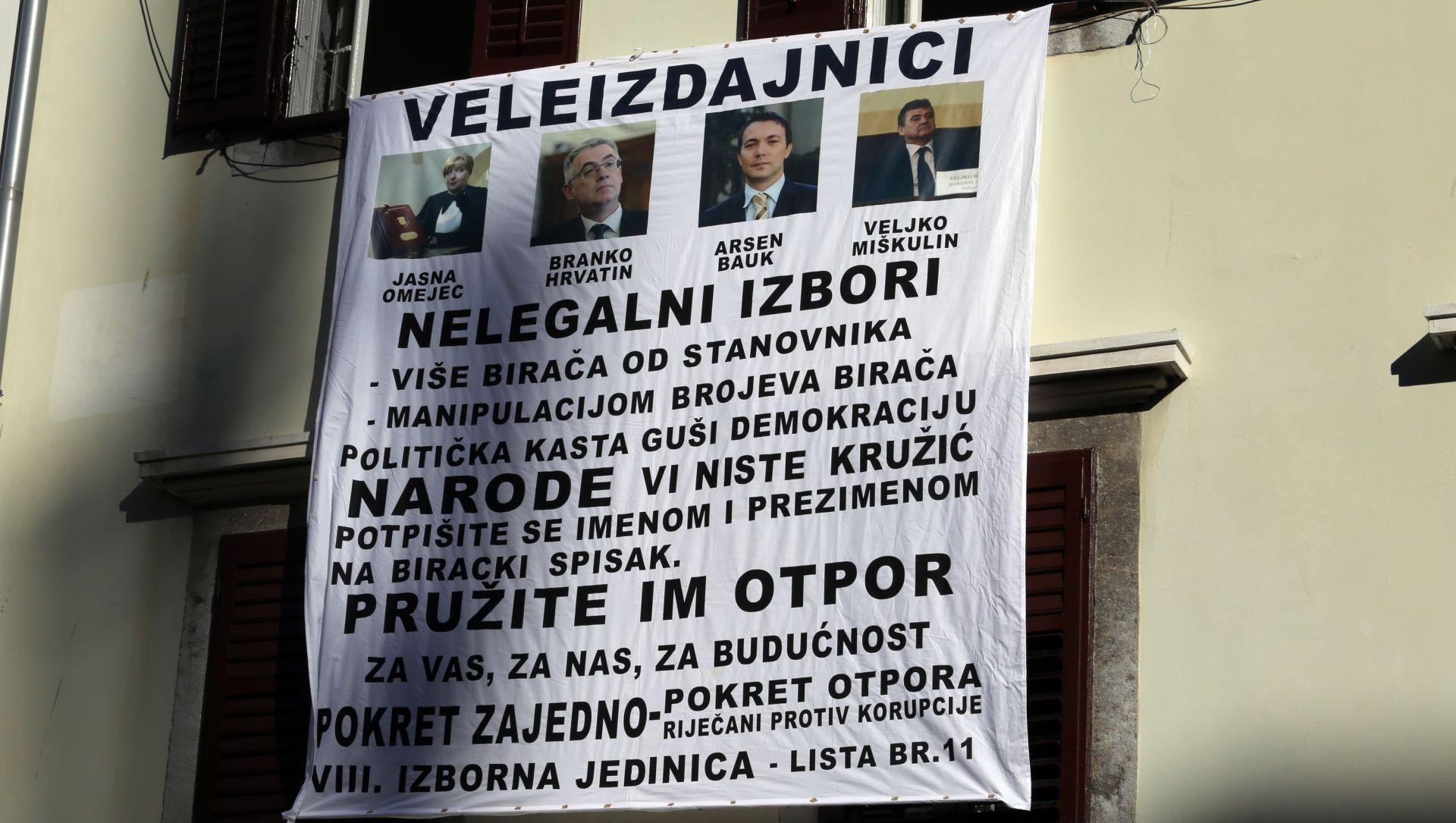 """IZBORI 2015. Rijeka: Pokret zajedno izvijesio transparent s fotografijama dužnosnika i natpisom """"Veleizdajnici"""""""