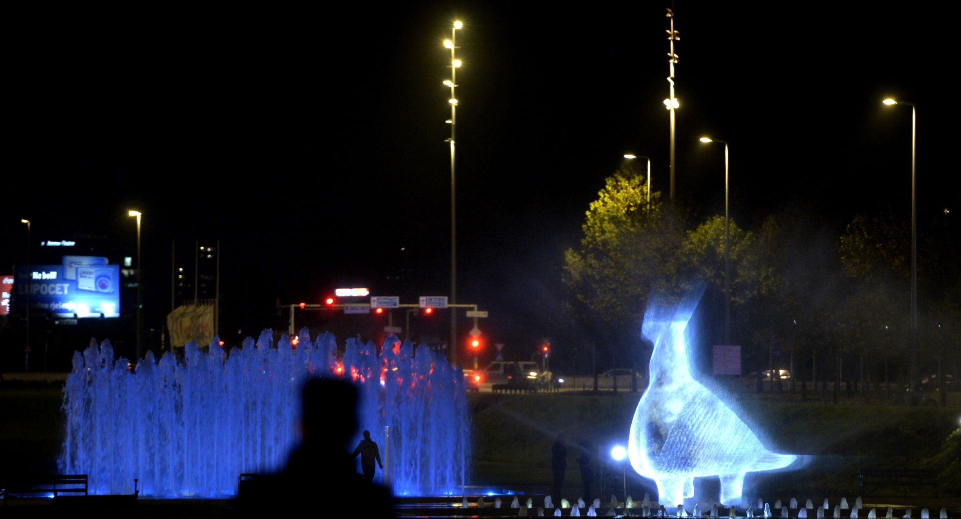 FOTO: Zagrebačke fontane zasjale u obliku Vučedolske golubice