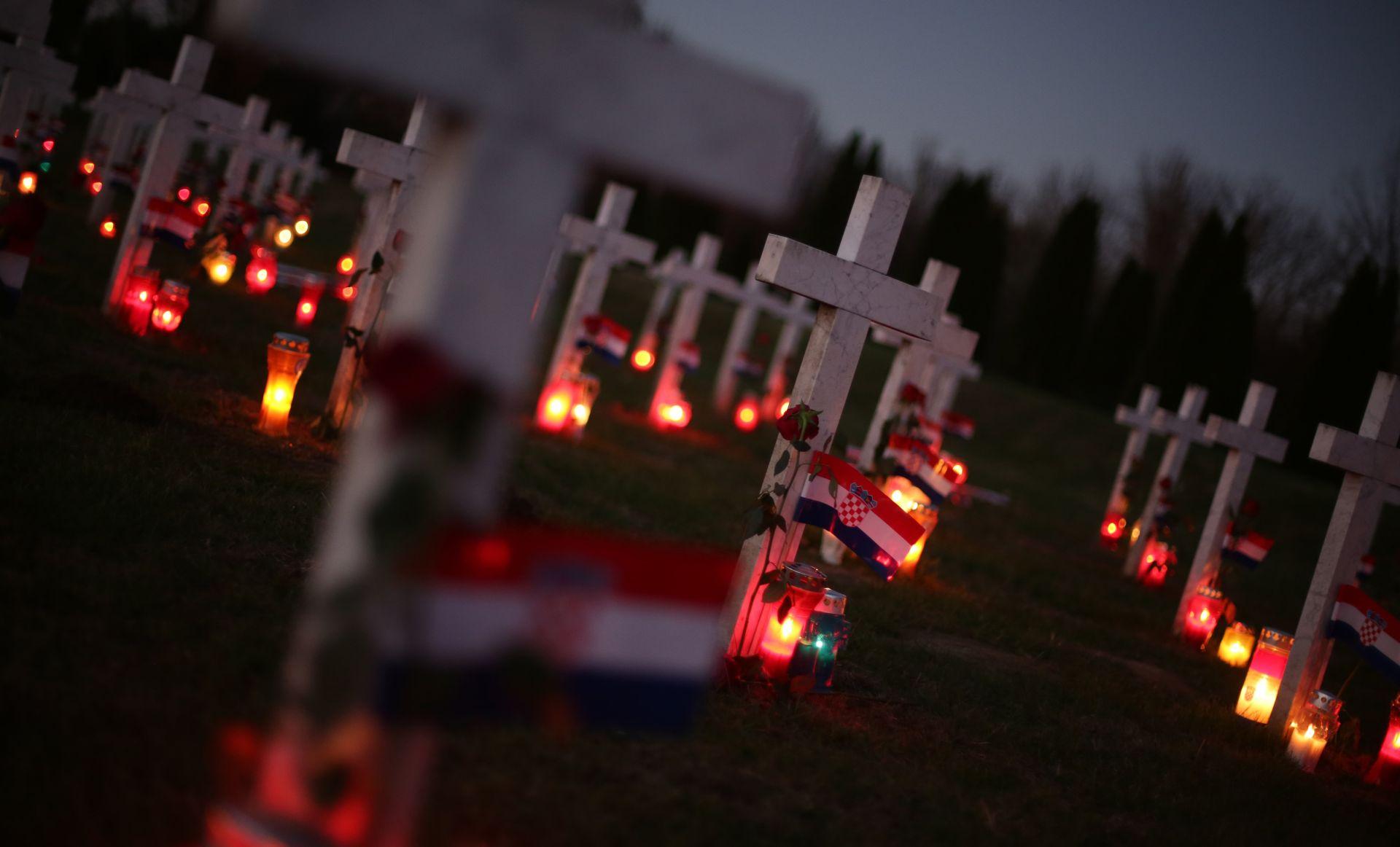 30 TISUĆA LJUDI U KOLONI SJEĆANJA Hrvatska ujedinjeno odala počast žrtvi Vukovara