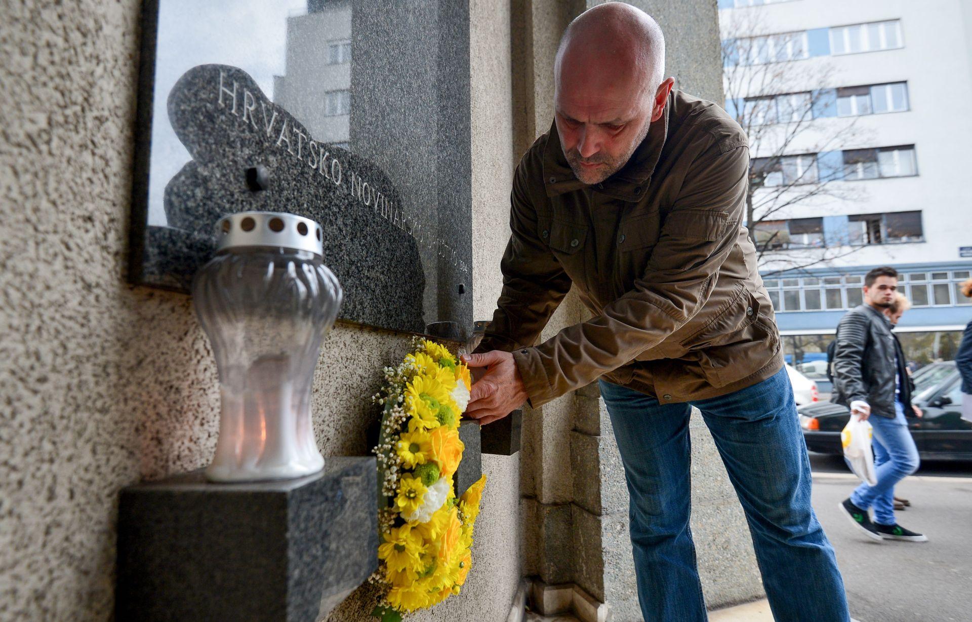 HND: Cvijeće i svijeće u spomen Siniši Glavaševiću i novinarima poginulima u ratu