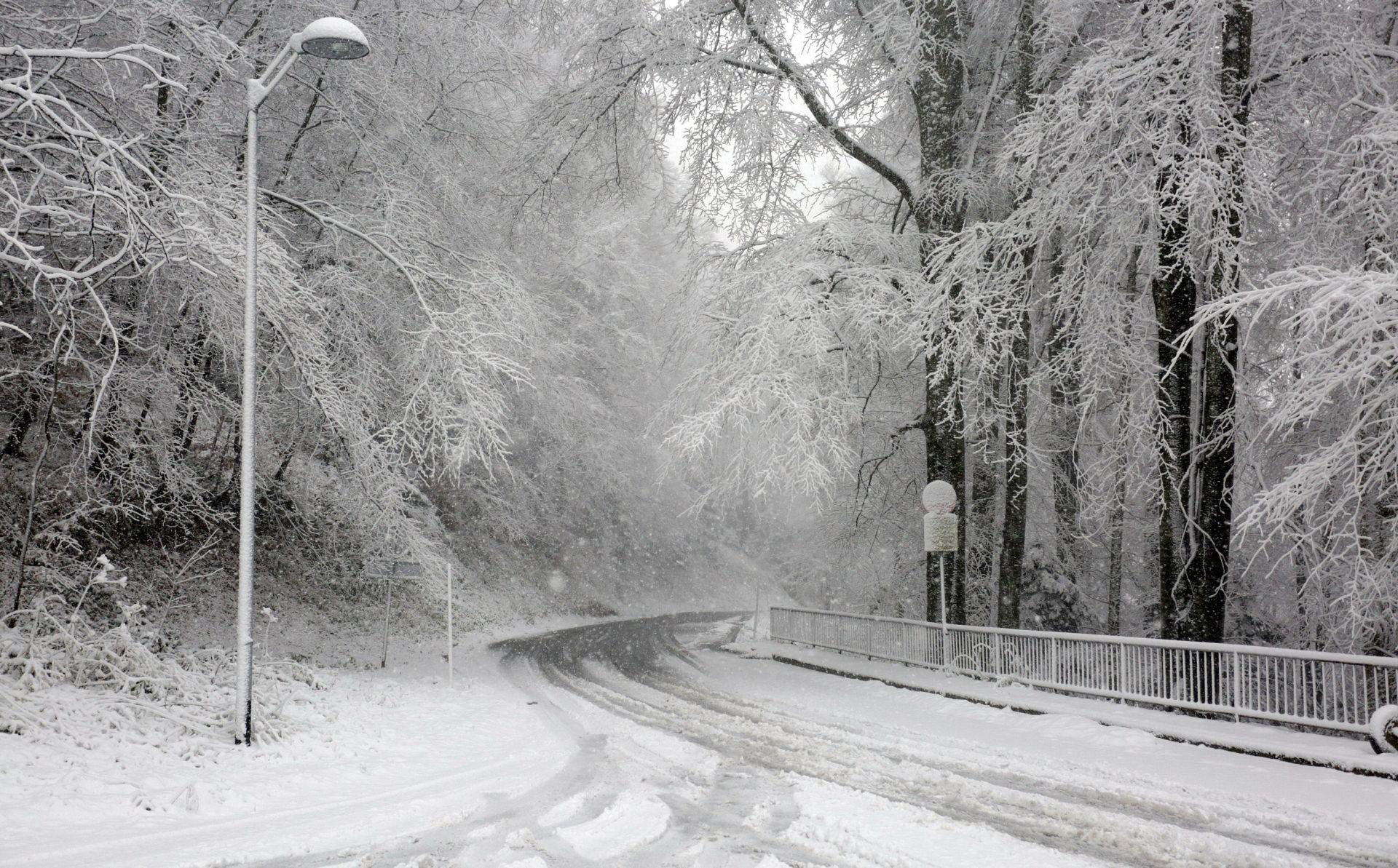 POSLIJEPODNE SLABLJENJE I PRESTANAK OBORINA Pretežno oblačno s povremenom kišom, u gorju snijeg