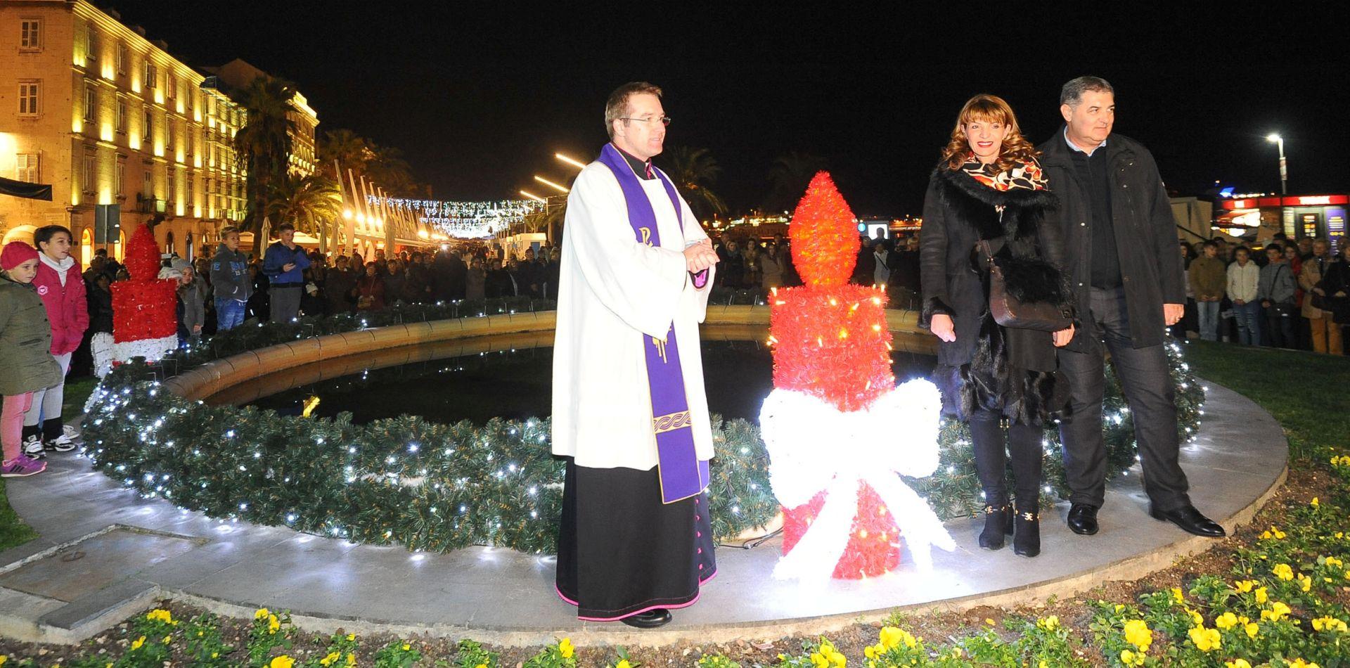 PRVI PUT NA OTVORENOM Split: Zapaljena prva adventska svijeća na Rivi