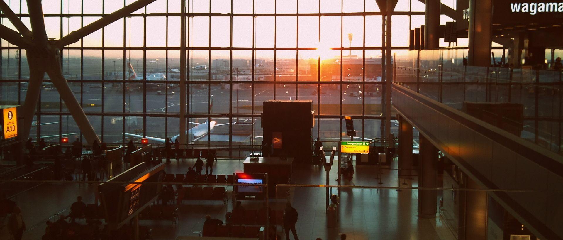 GUSTA MAGLA U LONDONU Muškarcu pozlilo za volanom, završio u zgradi zračne luke Heathrow