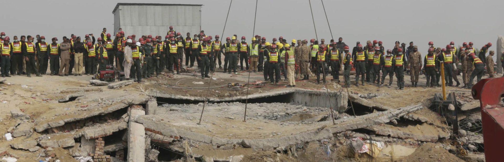 NEPOZNAT BROJ ŽRTAVA: Potraga za preživjelima nastavljena nakon urušavanja tvornice u Pakistanu