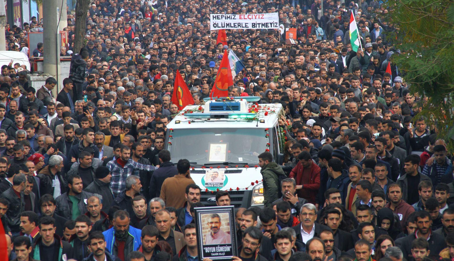 NAPADI U DIYARBAKIRU: Na pogrebu kurdskog odvjetnika u Turskoj tisuće ljudi