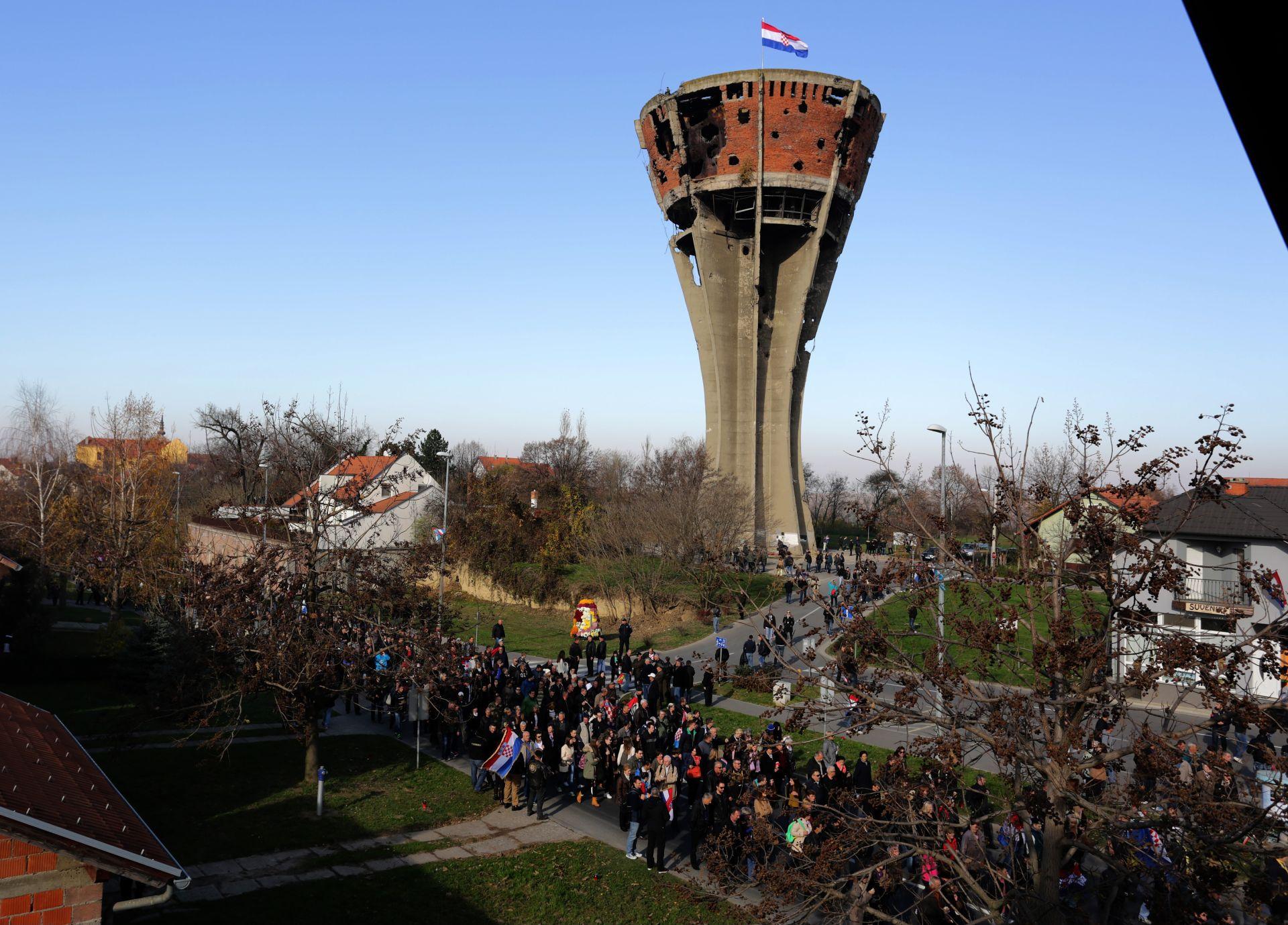 FOTO VUKOVAR: Više od 30.000 domoljuba iz Hrvatske i susjednih država u koloni sjećanja