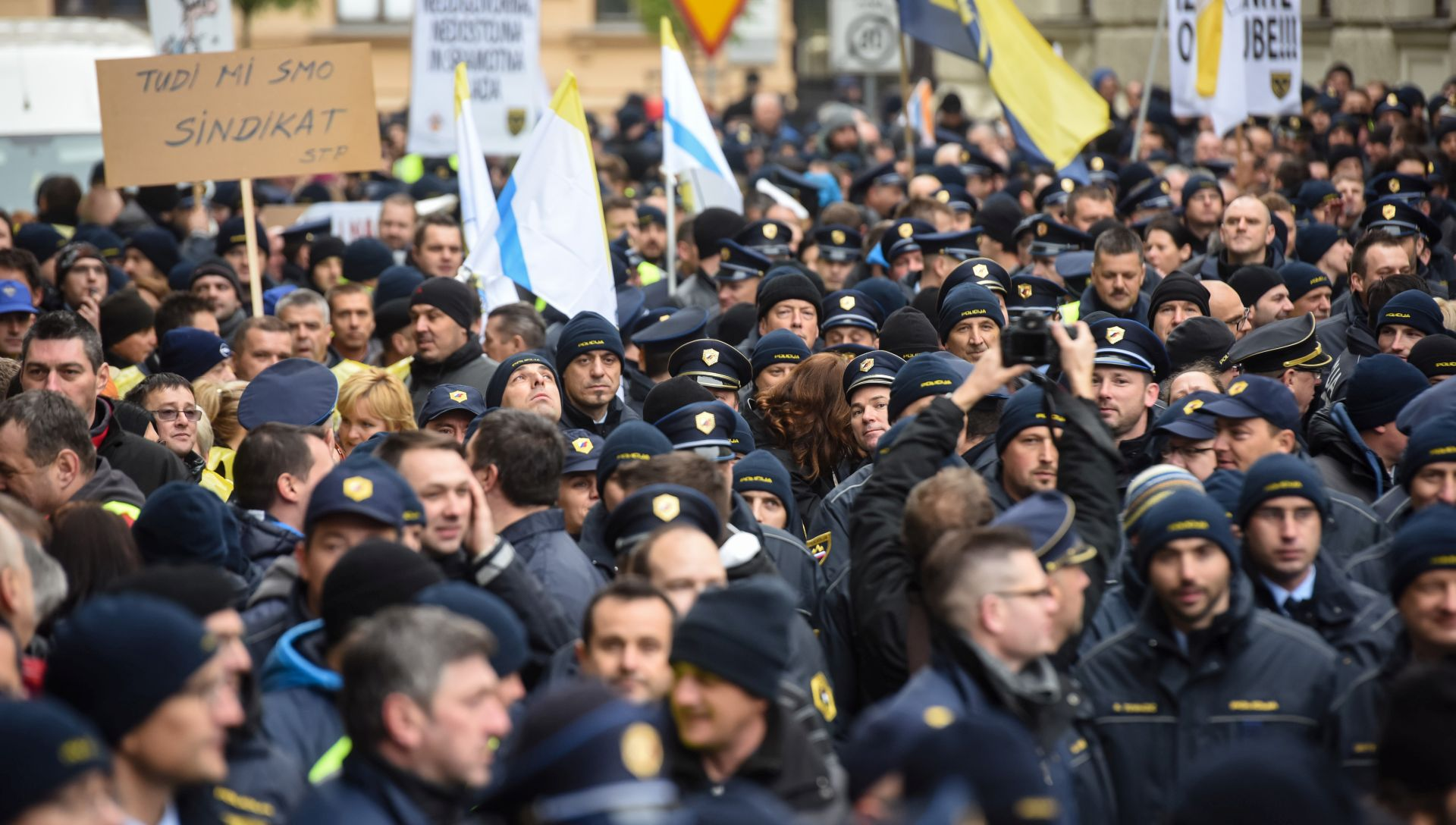 Više od tisuću policajaca prosvjedovalo pred zgradom slovenske vlade