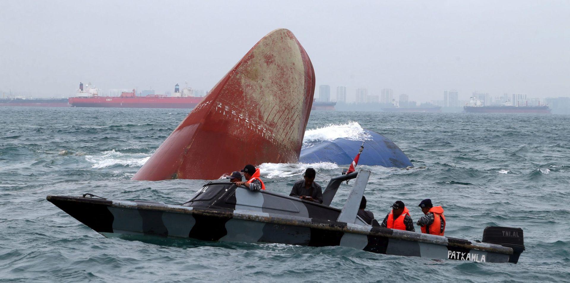 INDONEZIJA Potonuo brod sa više od 100 ljudi, spasilačke ekipe bore se sa visokim valovima