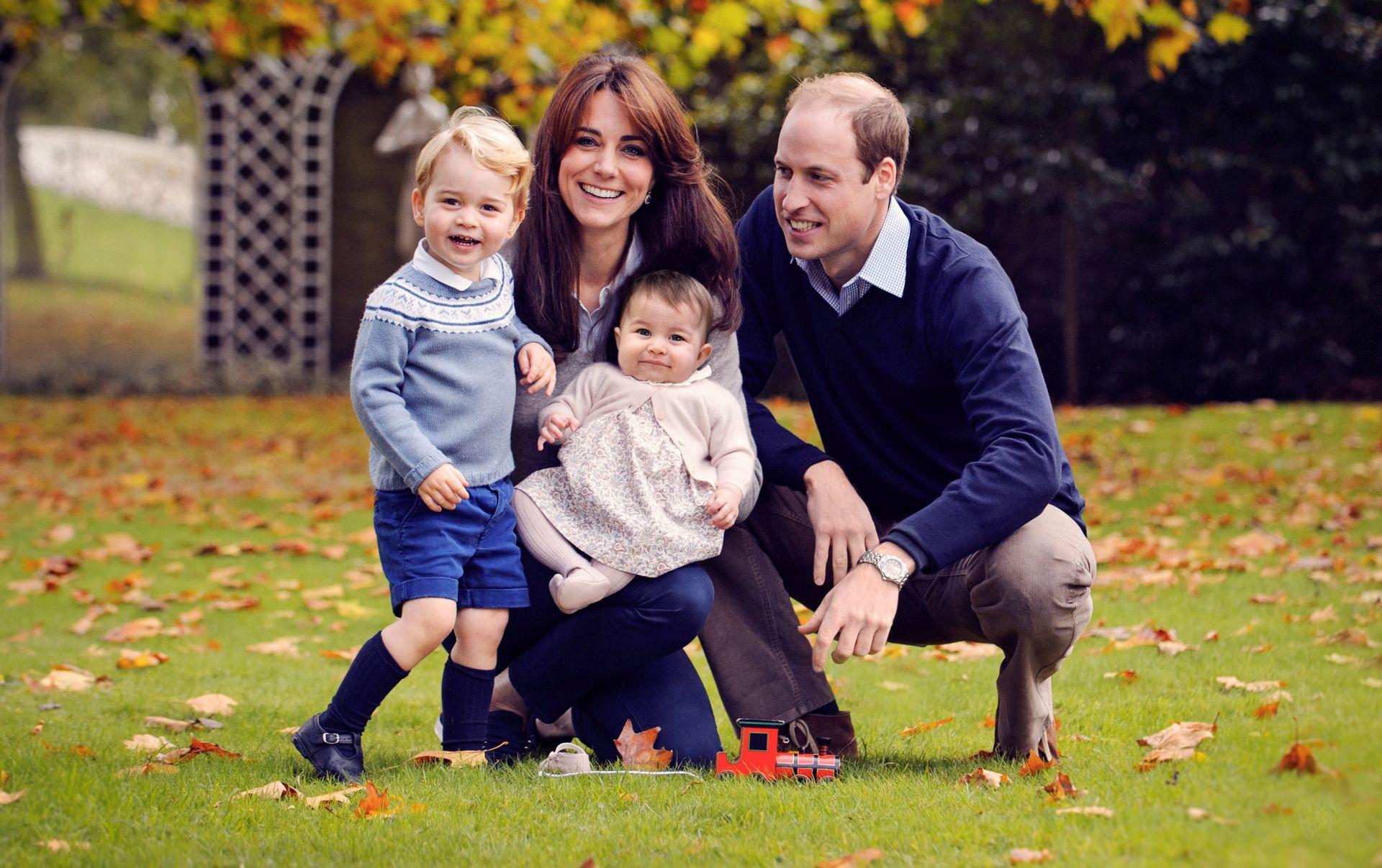 OBITELJSKI PORTRET Kensingtonska palača objavila fotografiju sretne četveročlane obitelji