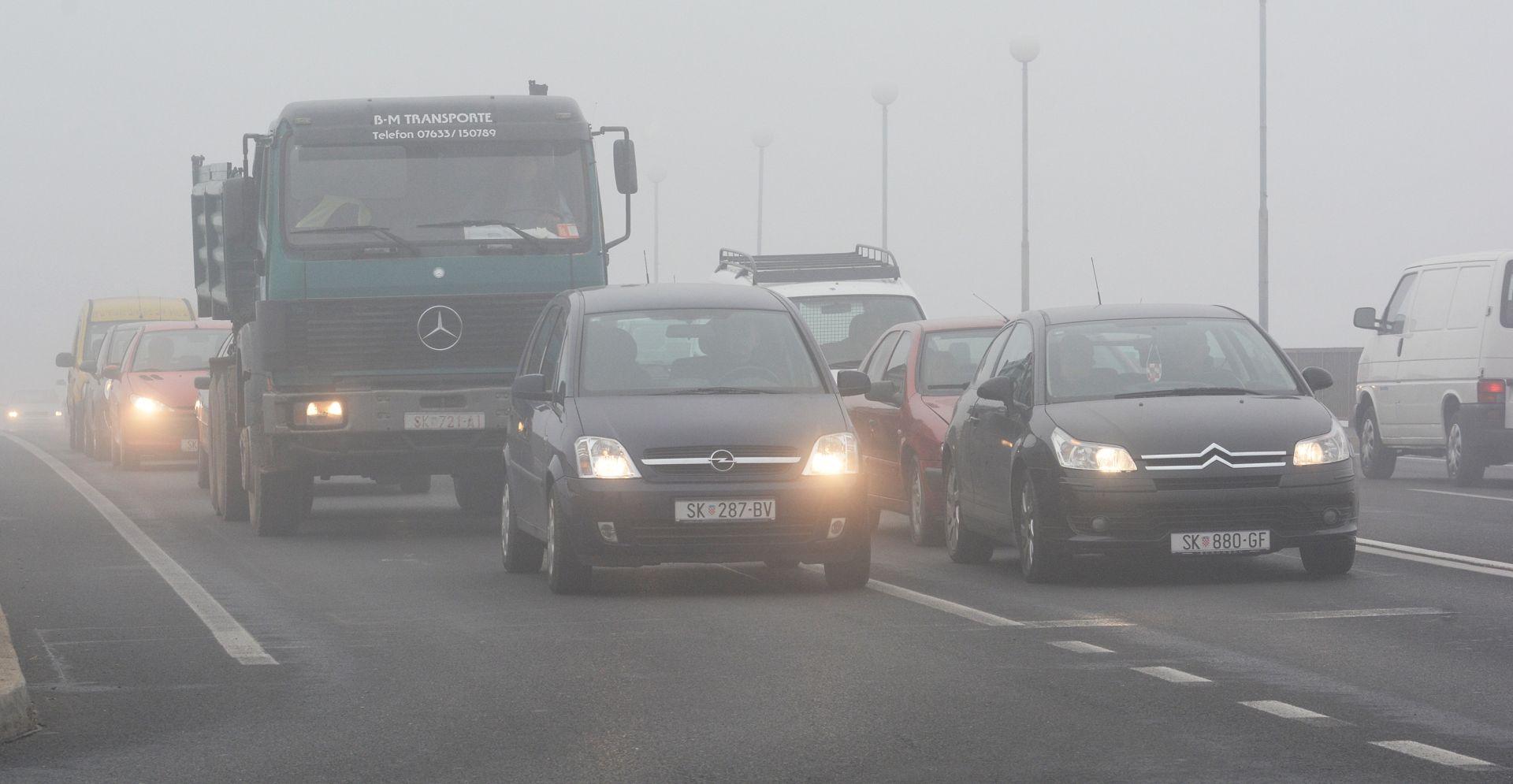 HAK Magla smanjuje vidljivost, kolnici skliski i vlažni, slab snijeg u Gorskom Kotaru