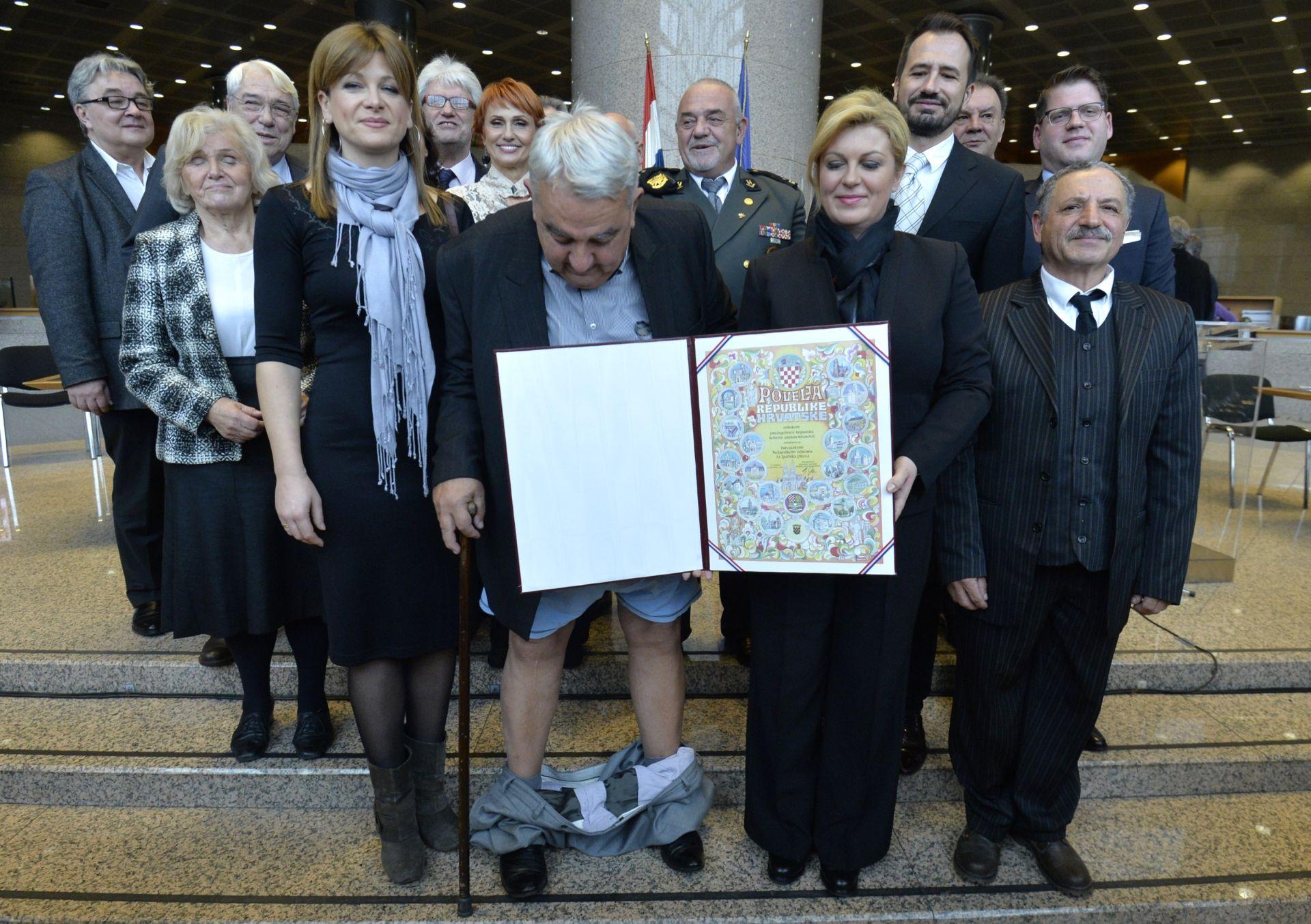 FOTO: NEZGODA PREDSJEDNIKA HHO-A Ivan Zvonimir Čičak usred fotografiranja s predsjednicom ostao bez – hlača