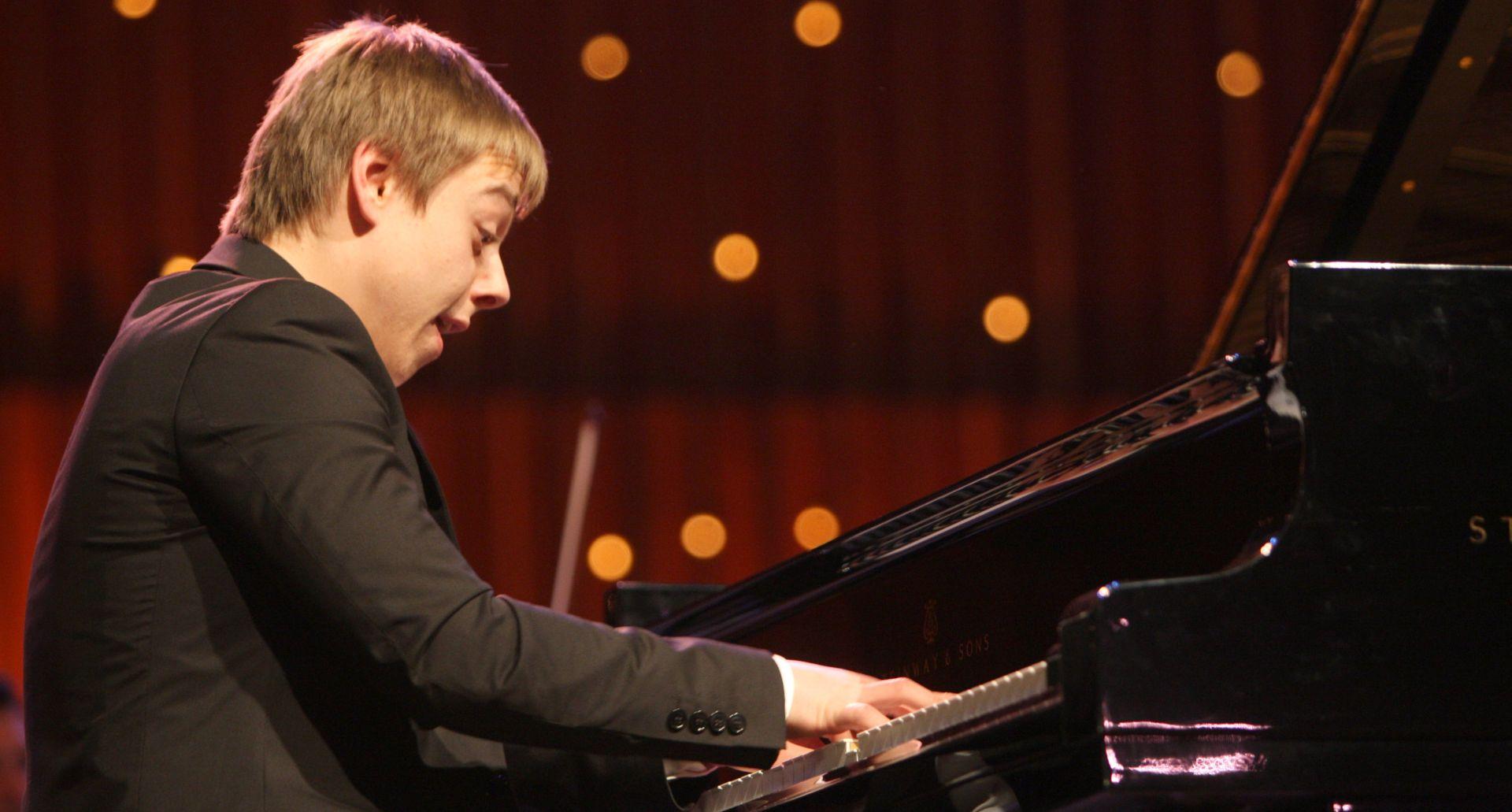 Mlada pijanistička zvijezda Petar Klasan i ZOM na koncertu u Lisinskom 16. prosinca