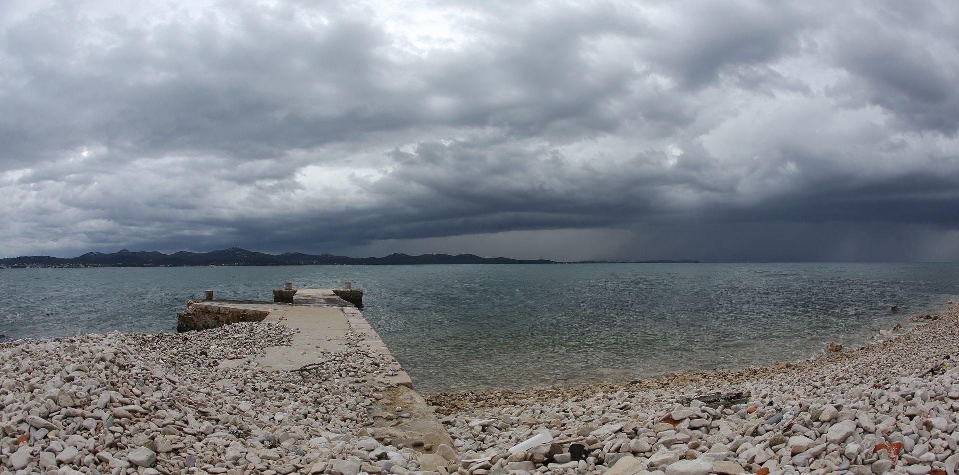 MOGUĆA MAGLA I SLABA KIŠA U većini Hrvatske djelomice sunčano uz promjenjivu naoblaku