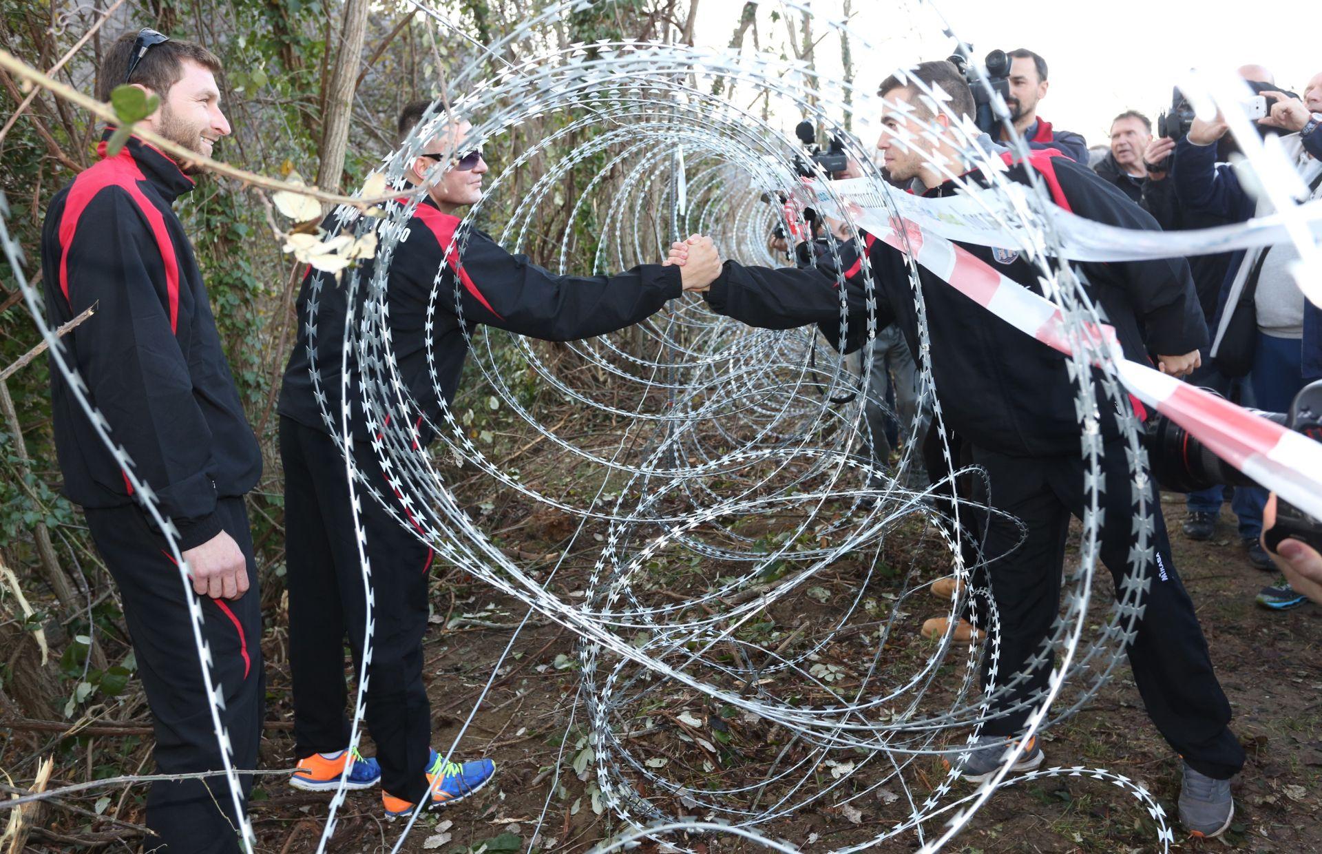 FOTO: ODBOJKA S OBJE STRANE ŽICE Sportaši poručili da su protiv žice na granici