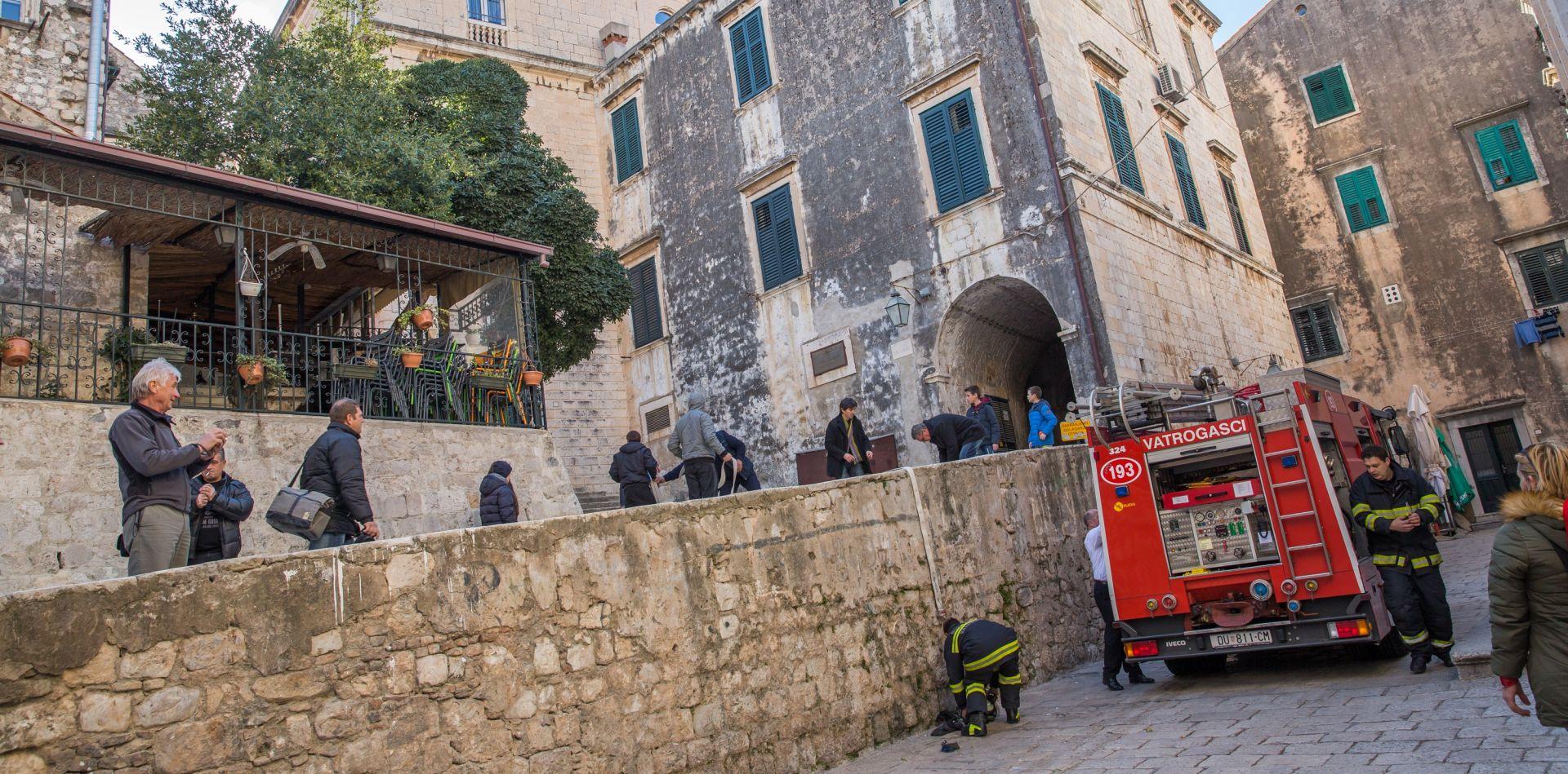 U povijesnoj jezgri Dubrovnika izgorjelo potkrovlje zgrade