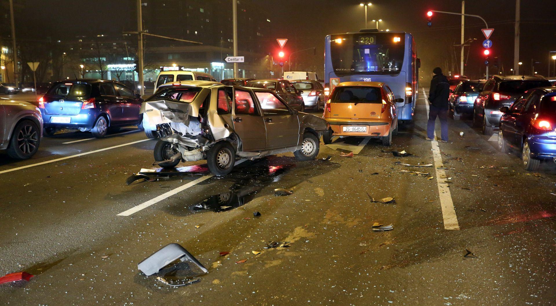 Petero ljudi ozlijeđeno u sudaru ZET-ovog autobusa i auta u Buzinu