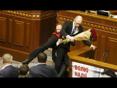 VIDEO: NOVI CIRKUS U UKRAJINSKOM PARLAMENTU Donio premijeru cvijeće, pa ga pokušao 'ukloniti' s govornice