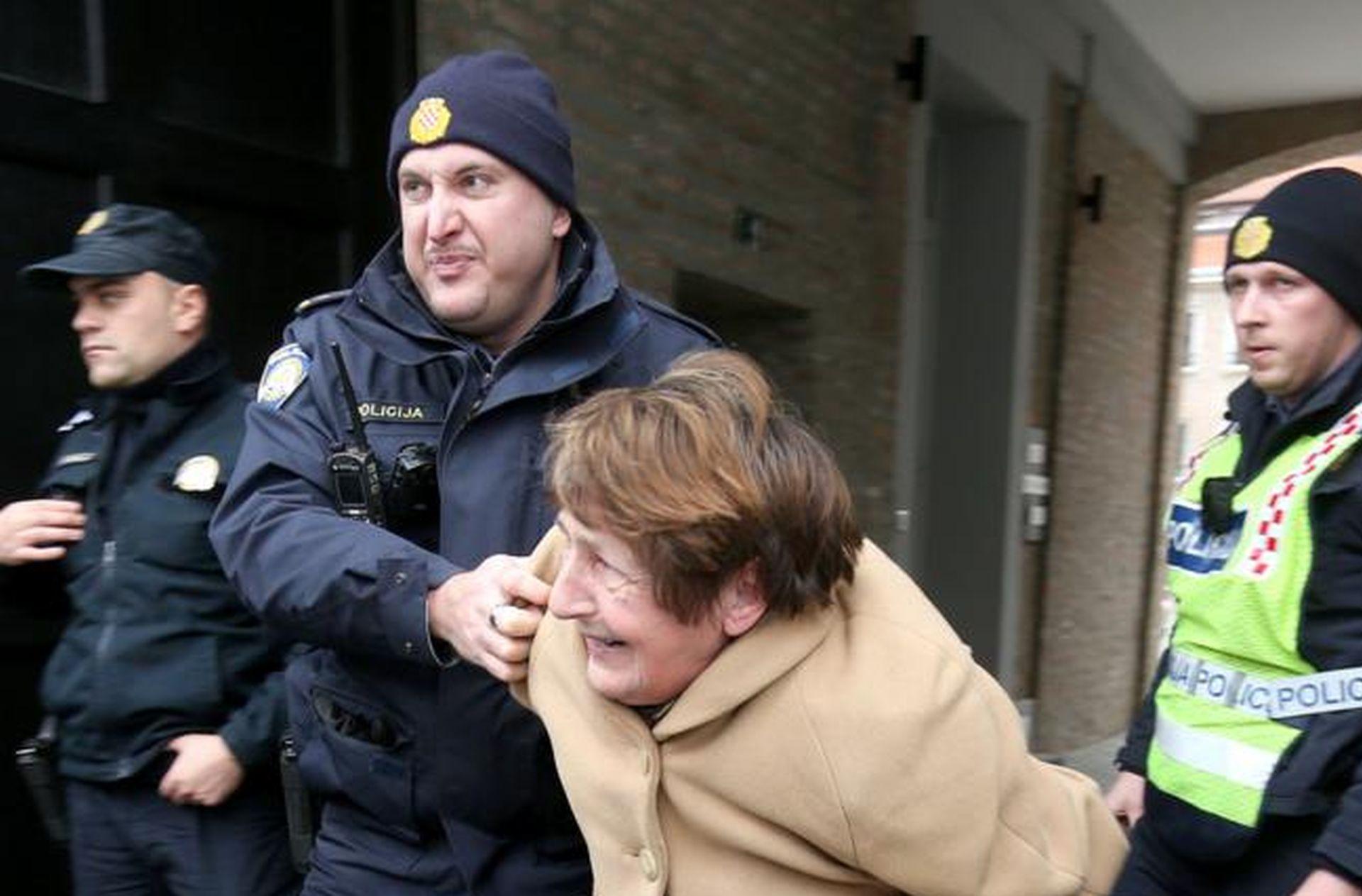 VIDEO: POLICIJSKA BRUTALNOST: Policajac u Osijeku srušio ženu na pod jer je prešla cestu dok je na semaforu bilo crveno